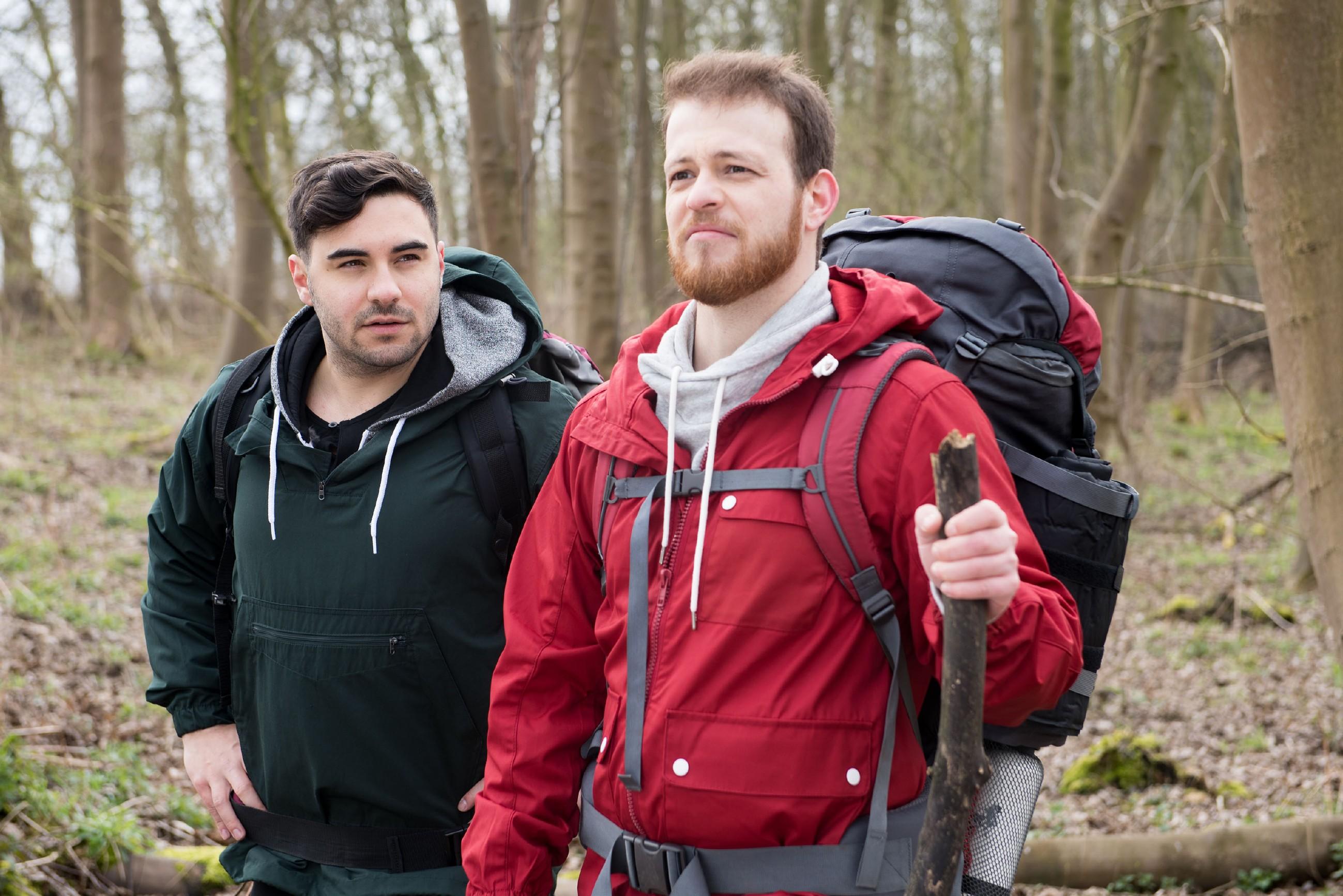 Easy (Lars Steinhöfel, l.) und Tobias (Patrick Müller) brechen zu ihrem Survival-Trip auf und sind entschlossen, es allen zu zeigen und die geplanten drei Wochen Wildnis durchzuziehen. (Quelle: RTL / Stefan Behrens)
