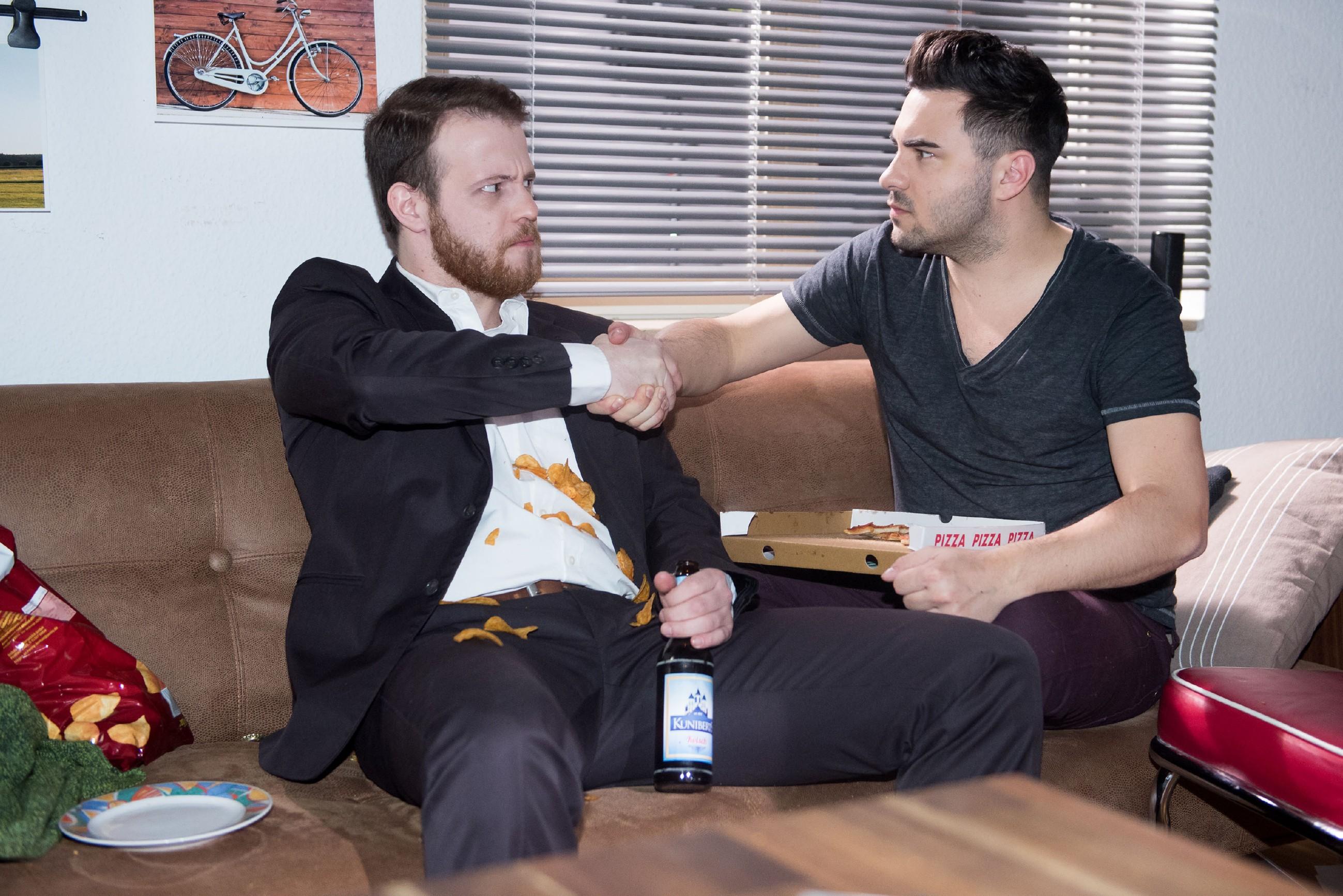 Als Tobias (Patrick Müller, l.) und Easy (Lars Steinhöfel) zur Entspannung eine Survival-Sendung im Fernsehen sehen, stacheln sie sich gegenseitig zu einer gewagten Wette an: Drei Wochen Wildnis! (Quelle: RTL / Stefan Behrens)