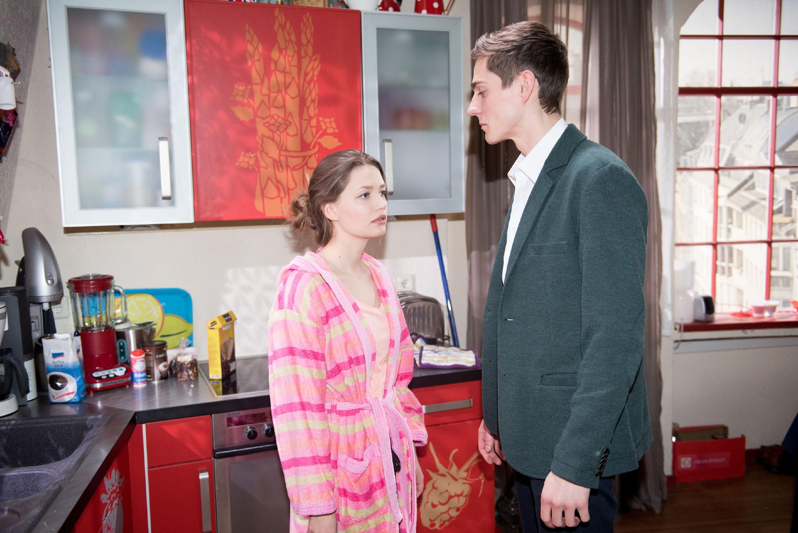 Jule (Amrei Haardt) gesteht ihre Tat und offenbart Ringo (Timothy Boldt) auch, zu wissen, dass er sie nur benutzt hat. (Quelle: RTL / Stefan Behrens)