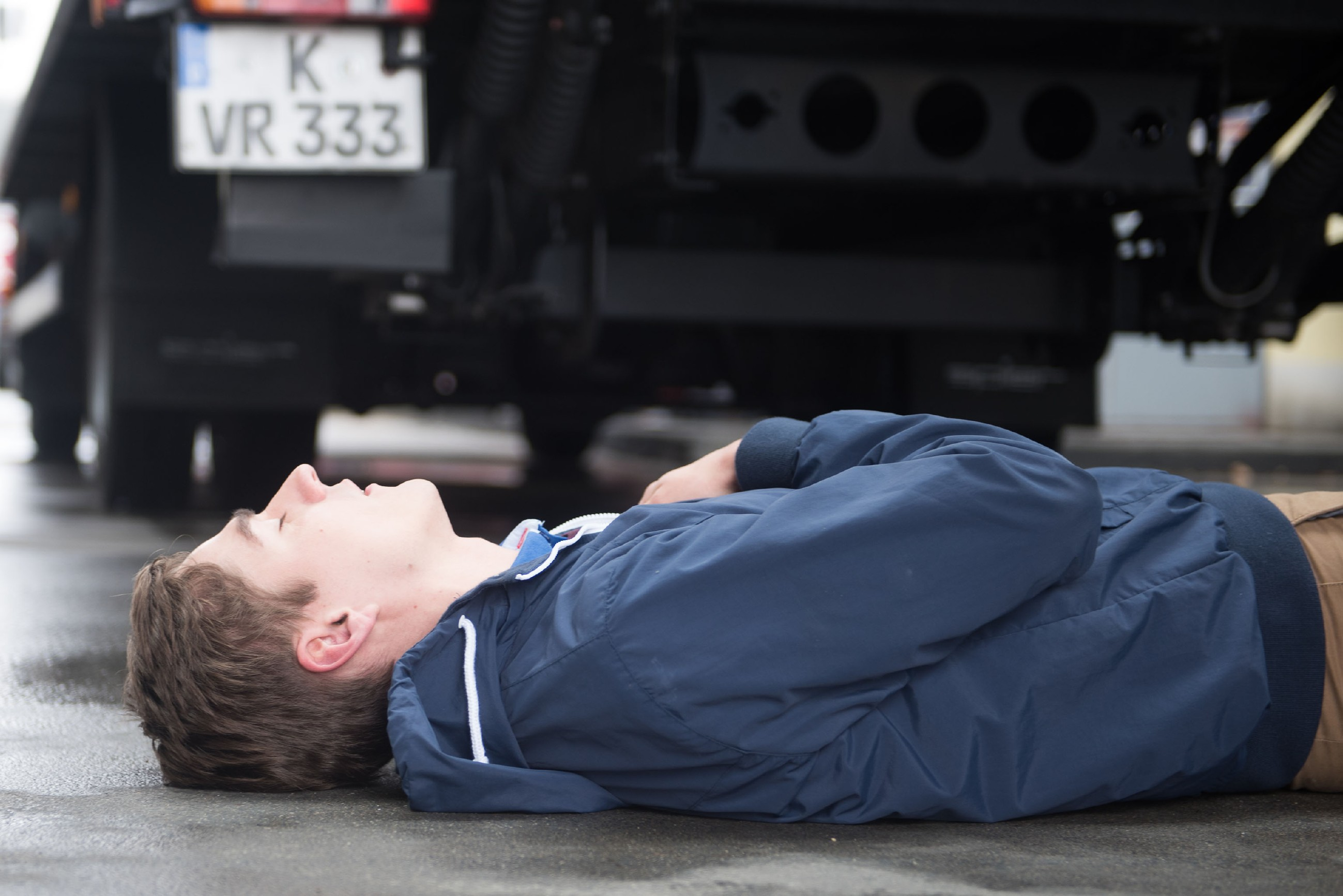Ringo (Timothy Boldt) gerät in Lebensgefahr, als er mitten auf der Straße zusammenbricht... (Quelle: RTL / Stefan Behrens)