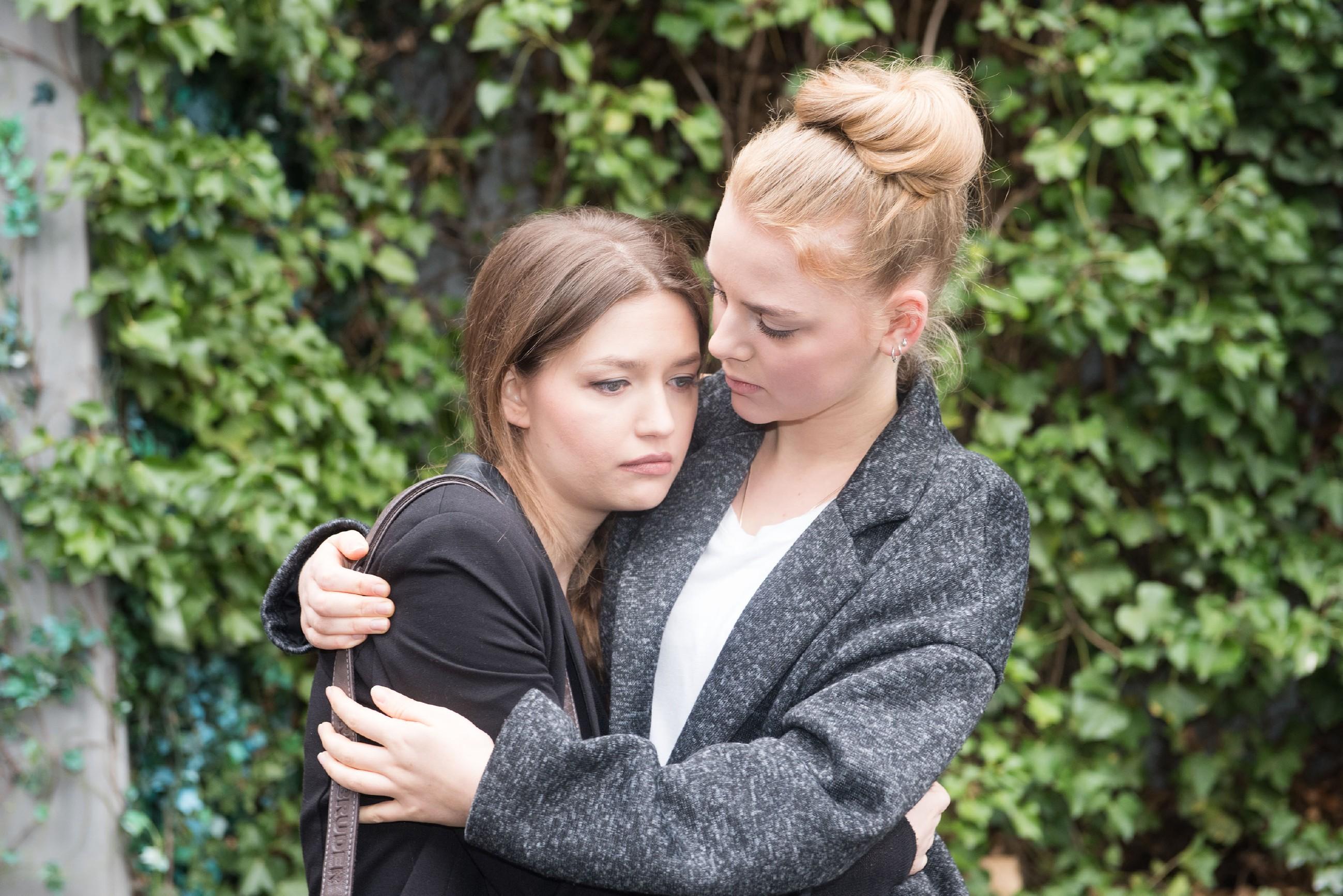 Die zutiefst verletzte Jule (Amrei Haardt, l.) wird von Fiona (Olivia Burkhart) aufgefangen. (Quelle: RTL / Stefan Behrens)