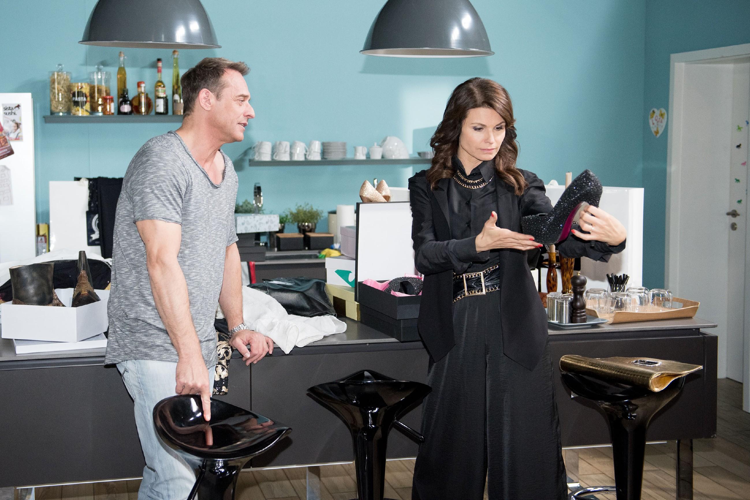 Rufus (Kai Noll) und Britta (Tabea Heynig) geraten über Brittas Luxuseinkauf in Streit: Während Rufus ihr Egoismus vorwirft, hält Britta ihn für einen Spielverderber. (Quelle: RTL / Stefan Behrens)