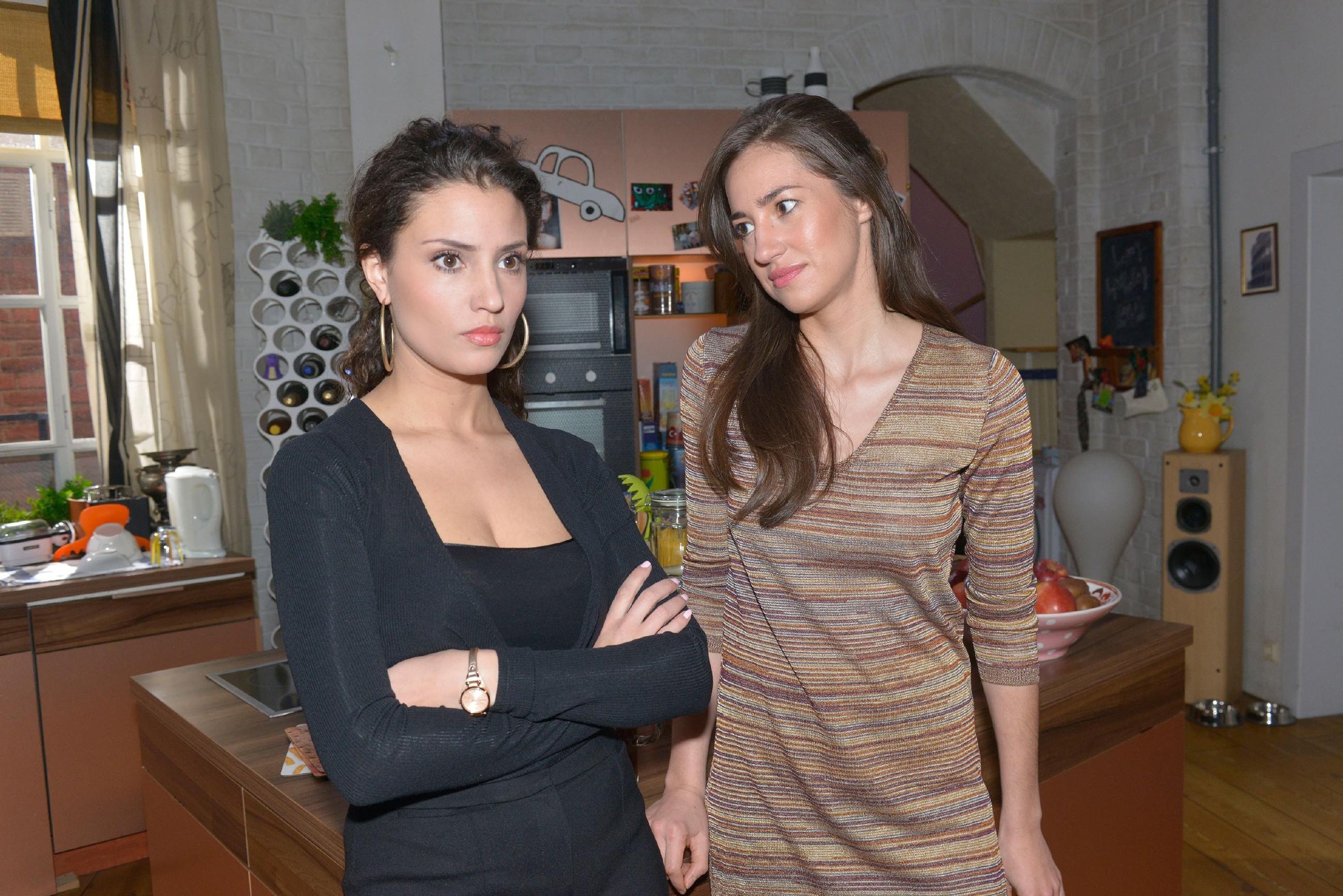 Ayla (Nadine Menz, l.) gesteht Elena (Elena Garcia Gerlach), dass sie es bereut, sich auf David eingelassen zu haben. (Quelle: RTL / Rolf Baumgartner)