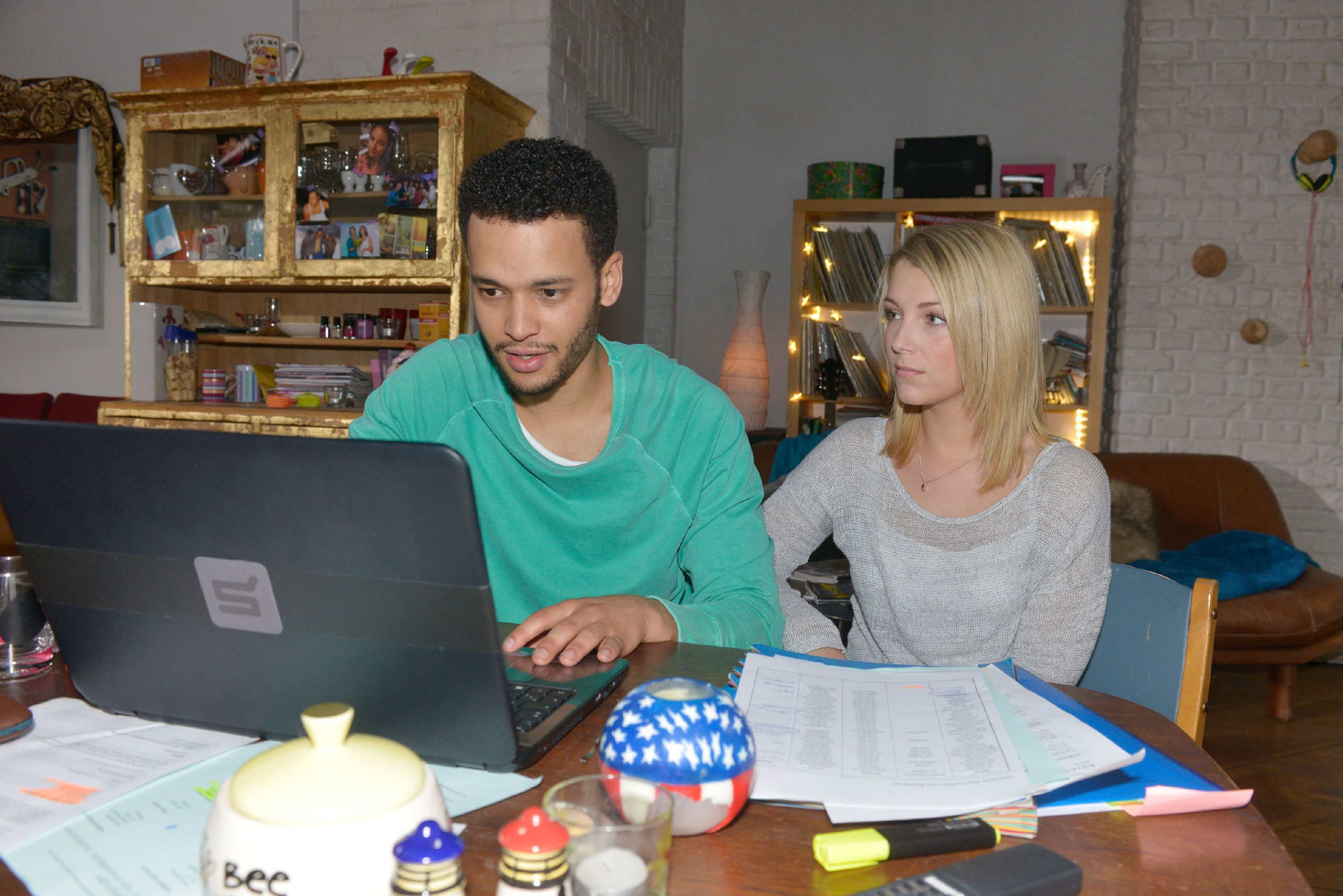Lilly (Iris Mareike Steen) unterstützt Amar (Thando Walbaum) bei seiner bisher erfolglosen Suche nach seiner tot geglaubten Frau. (Quelle: RTL / Rolf Baumgartner)