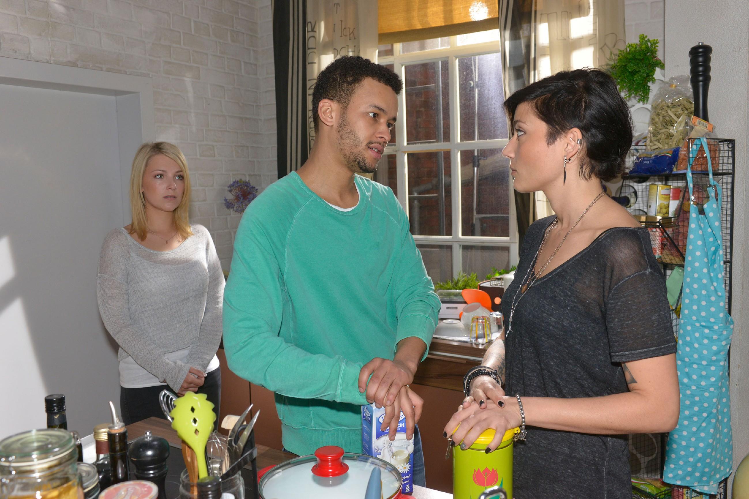 Amar (Thando Walbaum) versucht seine Zweifel, was er bezüglich seiner tot geglaubten Frau unternehmen soll, vor Lilly (Iris Mareike Steen, l.) und Anni (Linda Marlen Runge) zu rechtfertigen. (Quelle: RTL / Rolf Baumgartner)