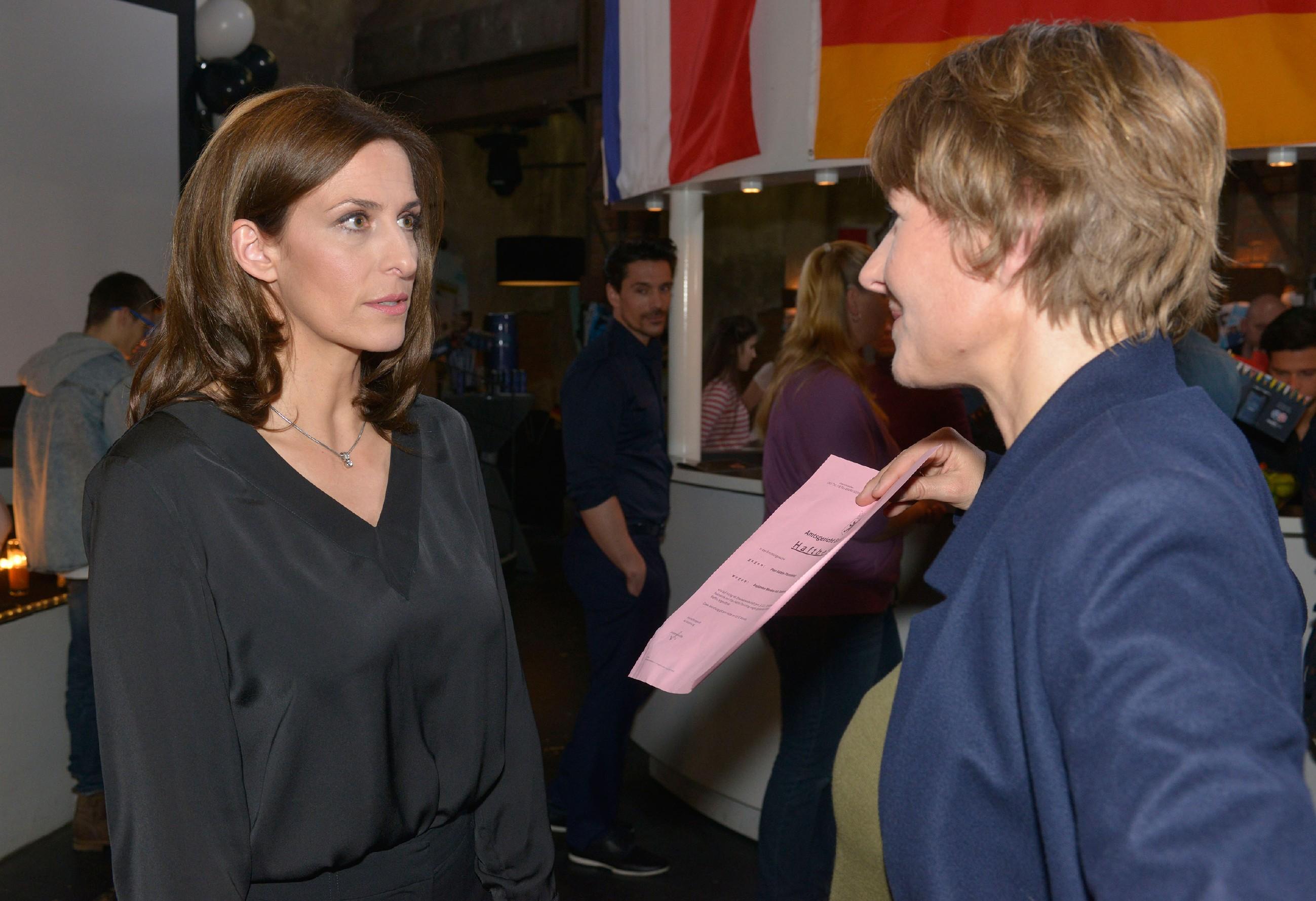 Als sich der Verdacht, dass Katrin (Ulrike Frank, l.) die Täterin ist, für Kommissarin Knappe (Meike Schlüter) erhärtet, verhaftet sie diese wegen Mordes... (Quelle: RTL / Rolf Baumgartner)