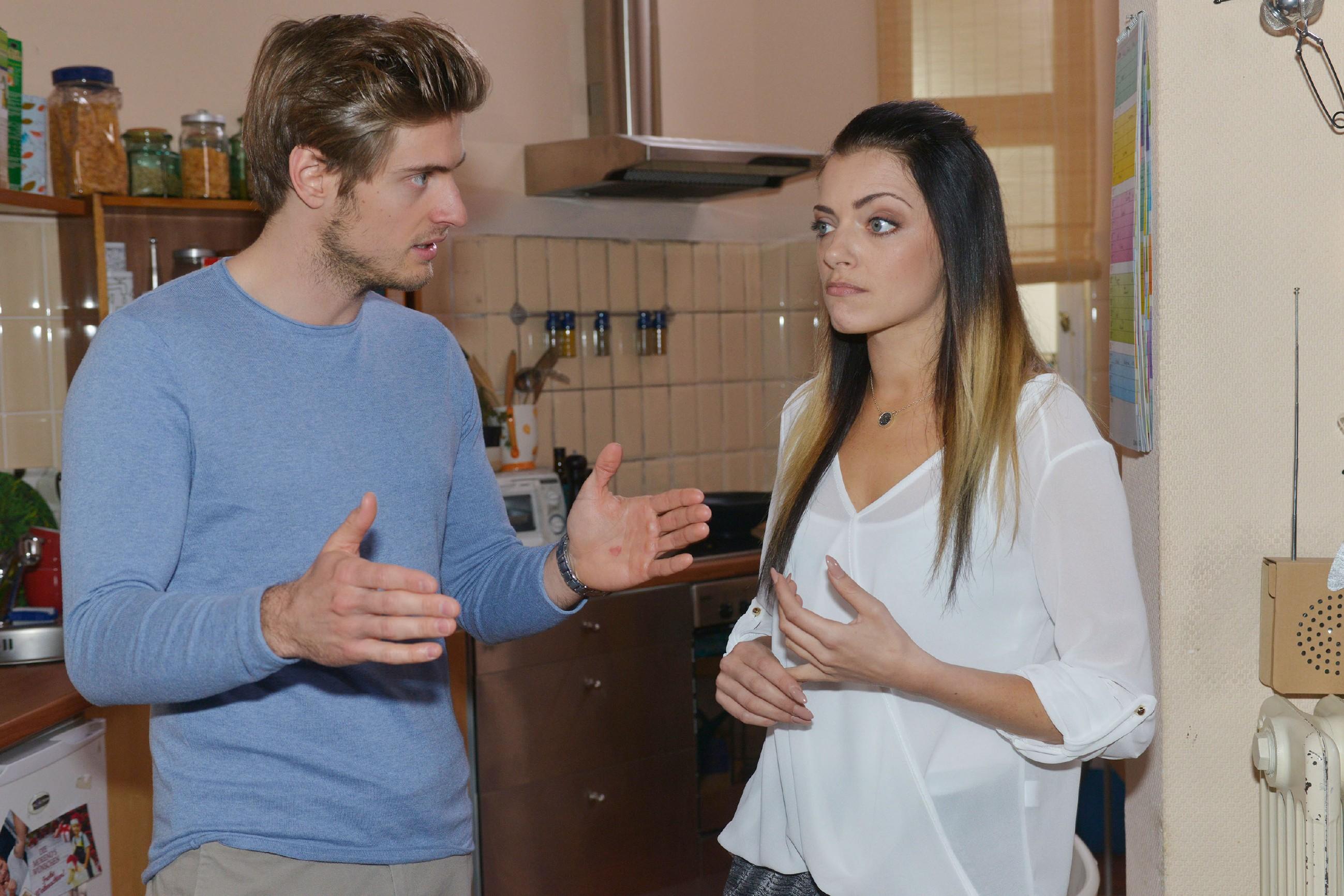 Emily (Anne Menden) kann und will - trotz Philips (Jörn Schlönvoigt) Argumentation - nicht glauben, dass Tayfun dauerhaft Probleme mit seinen fehlenden Emotionen haben wird. (Quelle: RTL / Rolf Baumgartner)