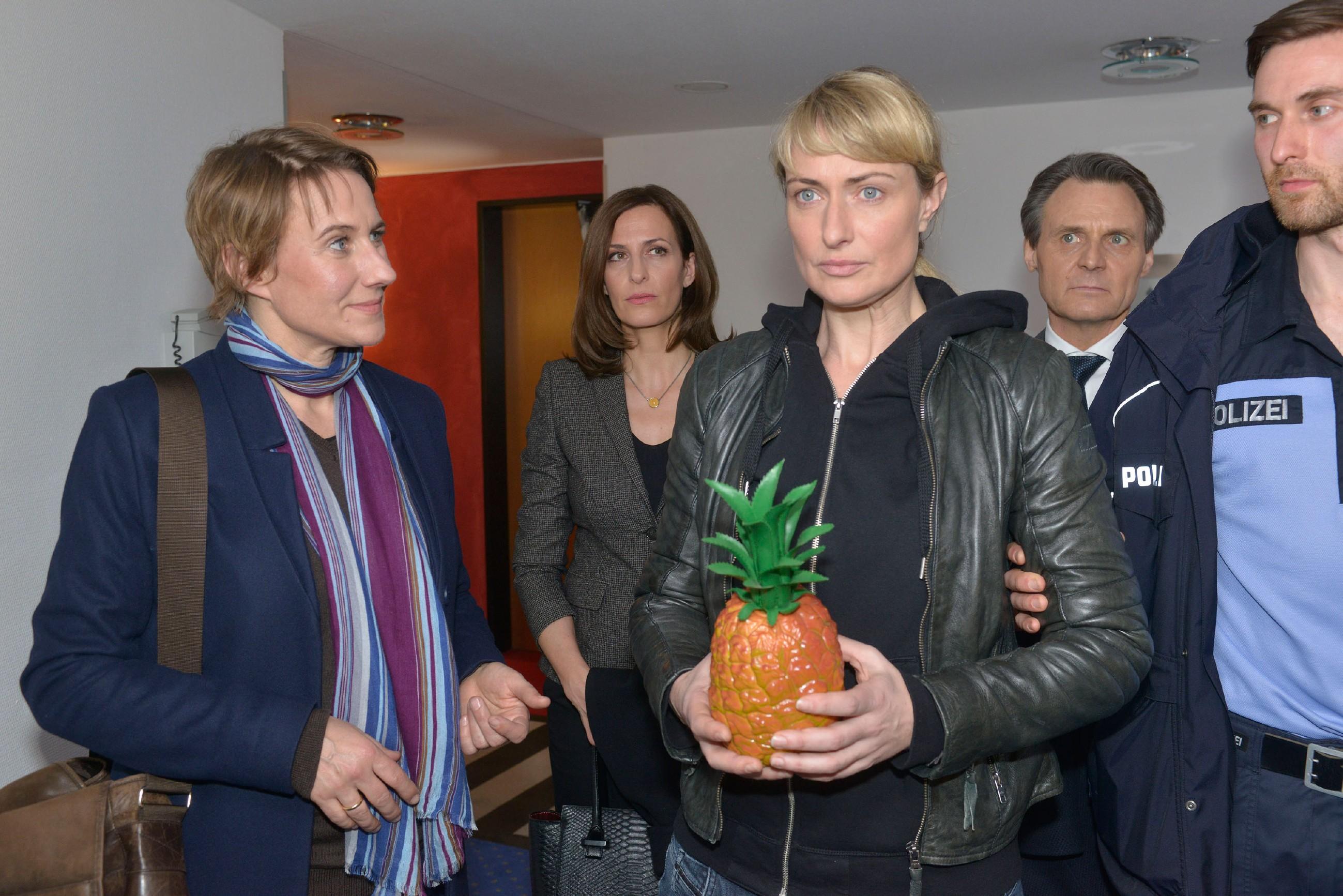 Katrin (Ulrike Frank, 2.v.l.) und Gerner (Wolfgang Bahro, 2.v.r.) hoffen, dass Maren (Eva Mona Rodekirchen, M.) bei der Tatortbegehung mit Kommissarin Knappe (Meike Schlüter) die Nerven behält. (Quelle: RTL / Rolf Baumgartner)