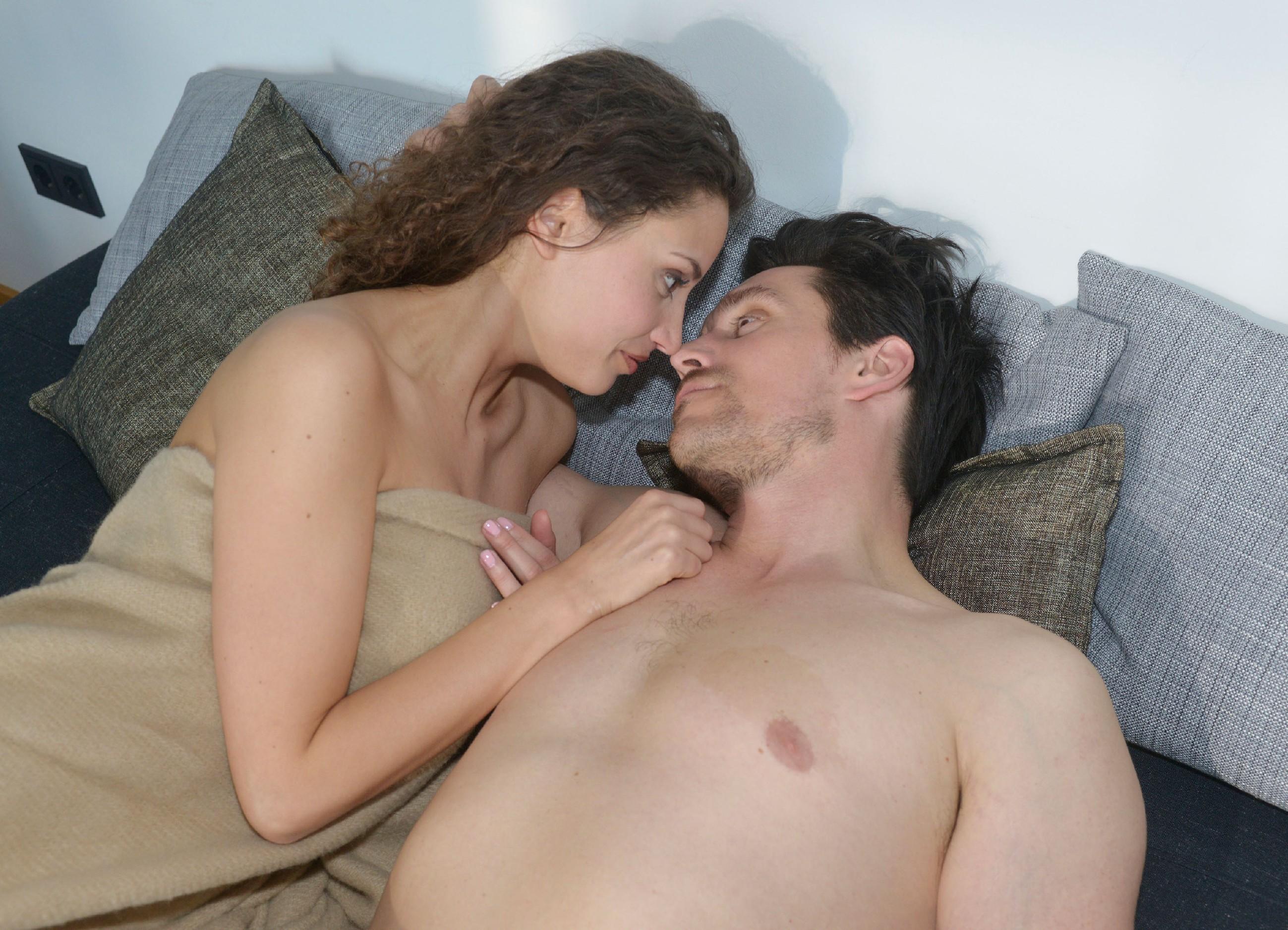 Ayla (Nadine Menz) und David (Philipp Christopher) können sich ihrer Gefühle nicht erwehren und landen gemeinsam im Bett... (Quelle: RTL / Rolf Baumgartner)