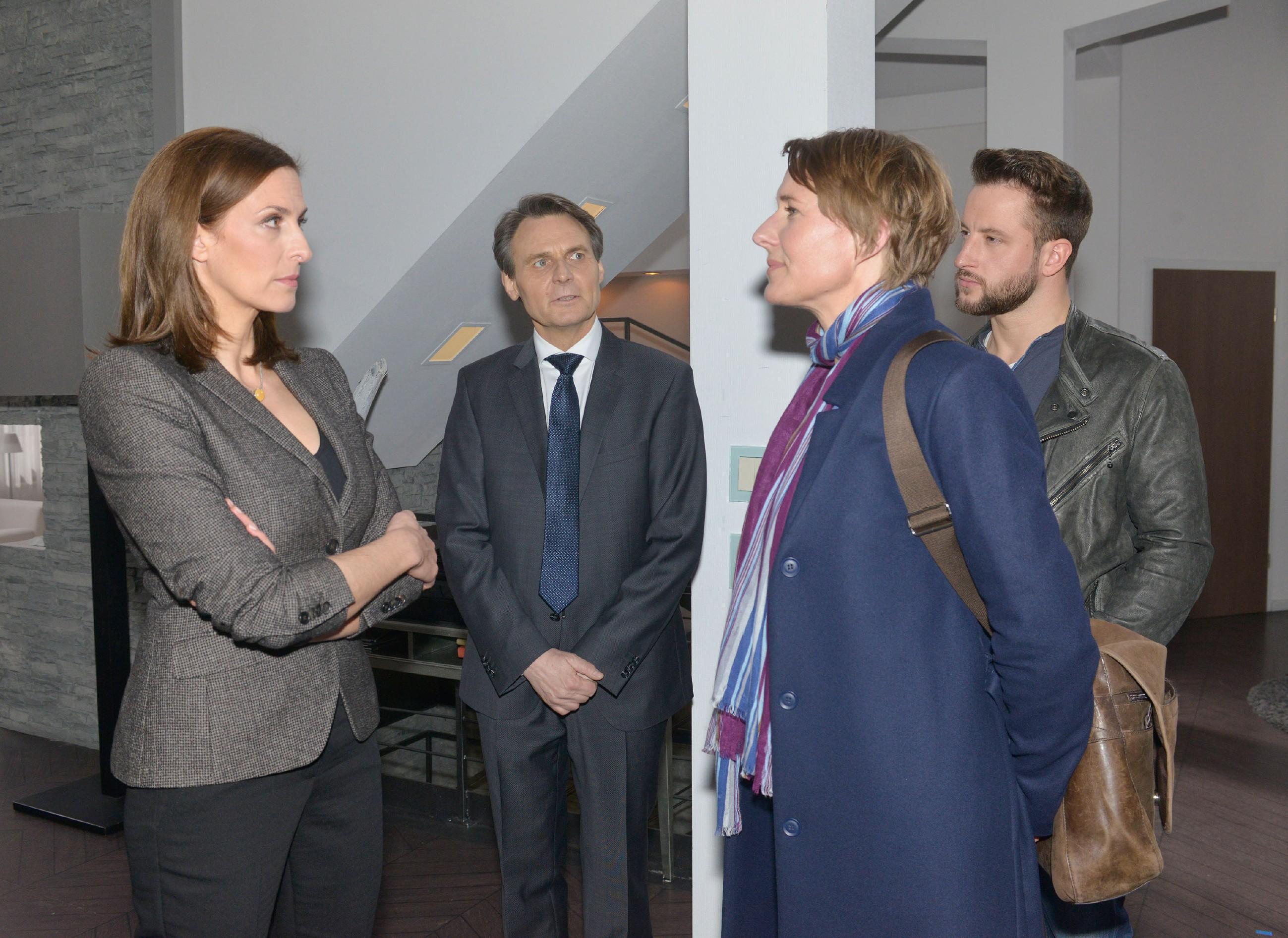 Gerner (Wolfgang Bahro, 2.v.l.) muss zur Kenntnis nehmen, dass Katrin (Ulrike Frank, l.) wieder ins Visier von Kommissarin Knappe (Meike Schlüter) geraten ist. (Quelle: RTL / Rolf Baumgartner)
