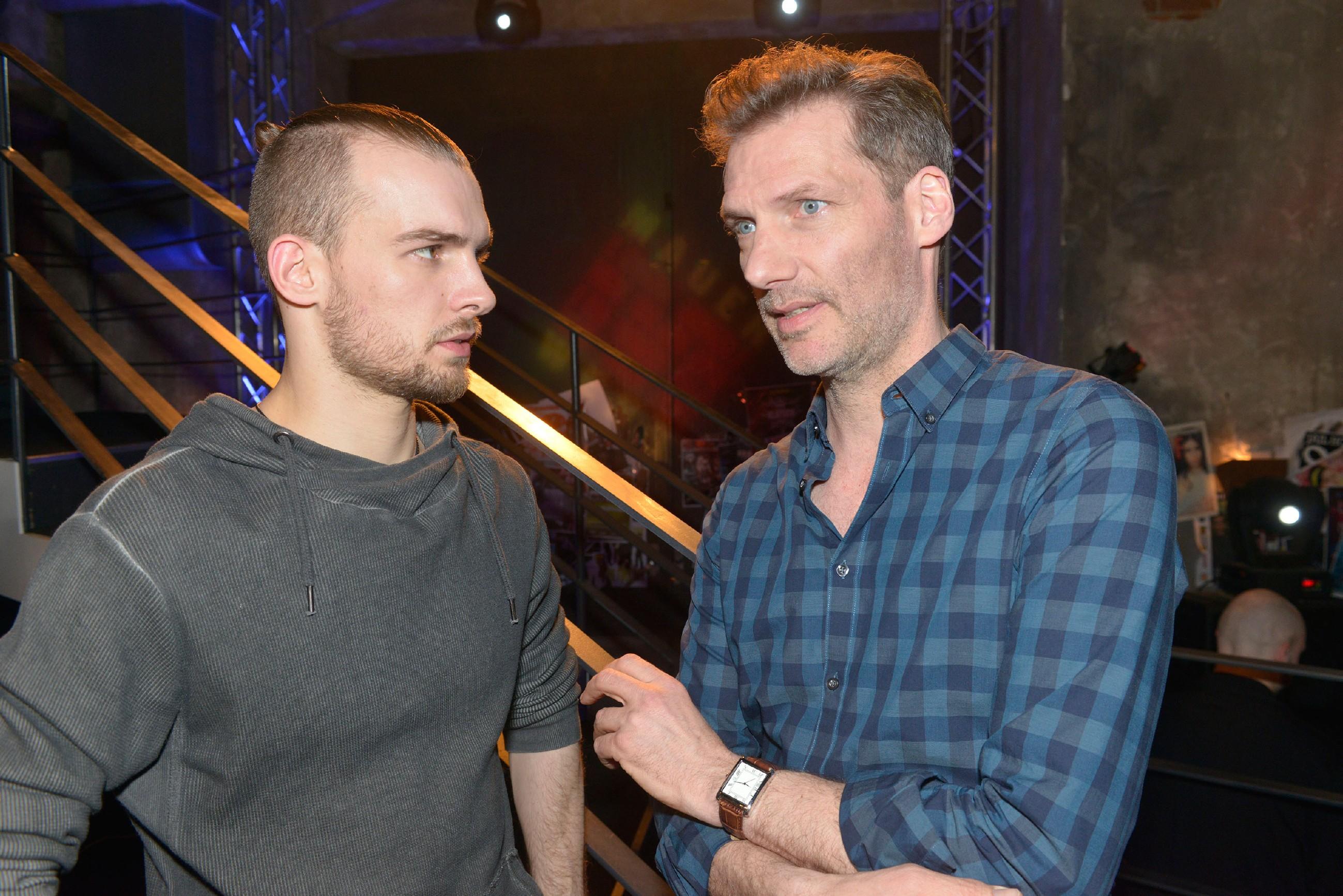 Chris (Eric Stehfest, l.) und Alexander (Clemens Löhr) sind sich einig, Davids Plan nicht zu unterstützen. (Quelle: RTL / Rolf Baumgartner)