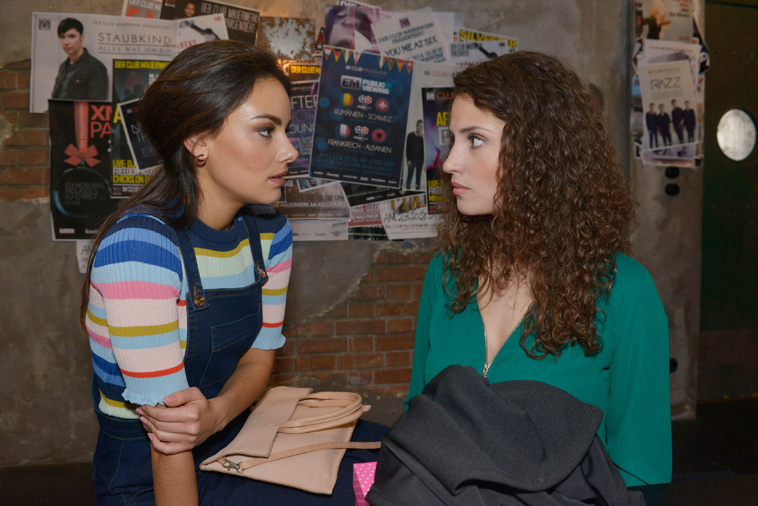 Jasmin (Janina Uhse, l.) sieht sich gezwungen, Ayla (Nadine Menz) eindringlich vor David zu warnen. (Quelle: RTL / Rolf Baumgartner)