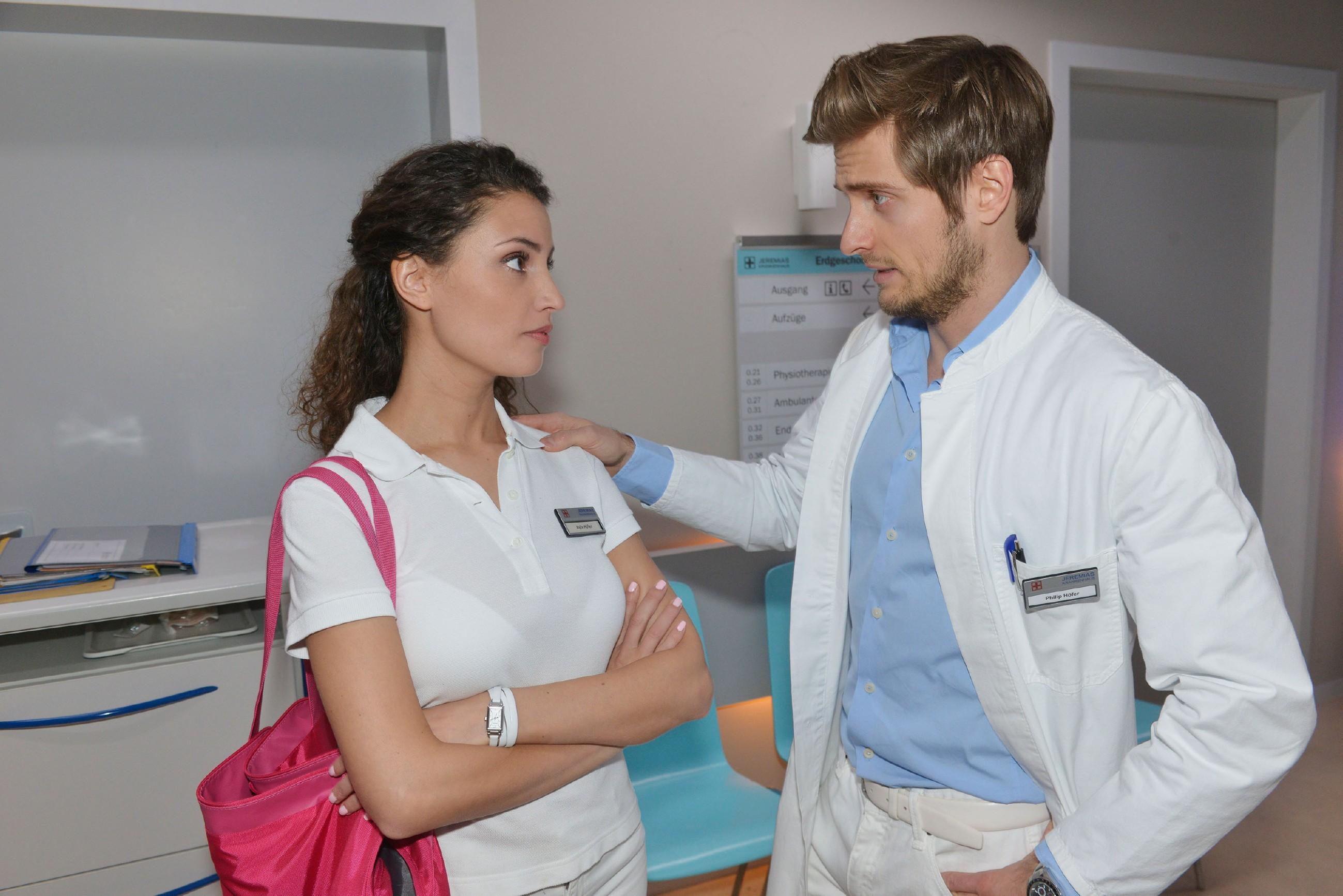 Ayla (Nadine Menz) streitet vor Philip (Jörn Schlönvoigt) ab, in David verliebt zu sein. (Quelle: RTL / Rolf Baumgartner)