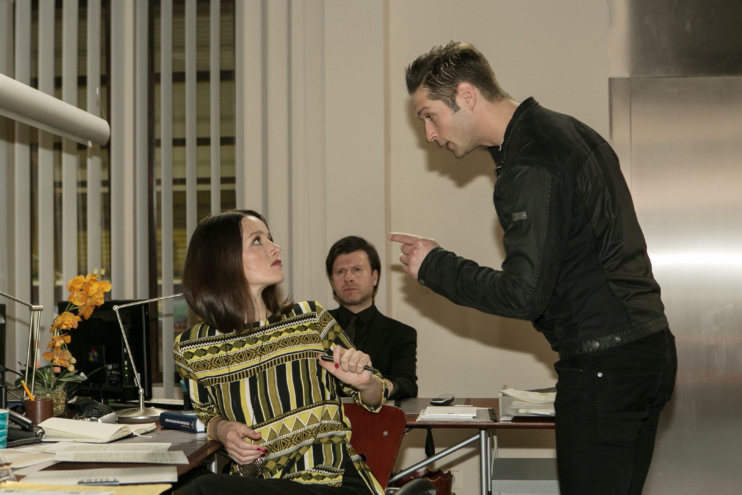 Deniz (Igor Dolgatschew, r.) wirft Jenny (Kaja Schmidt-Tychsen) vor, dass sie ihm den Baustopp eingebrockt hat... (Quelle: RTL / Kai Schulz)