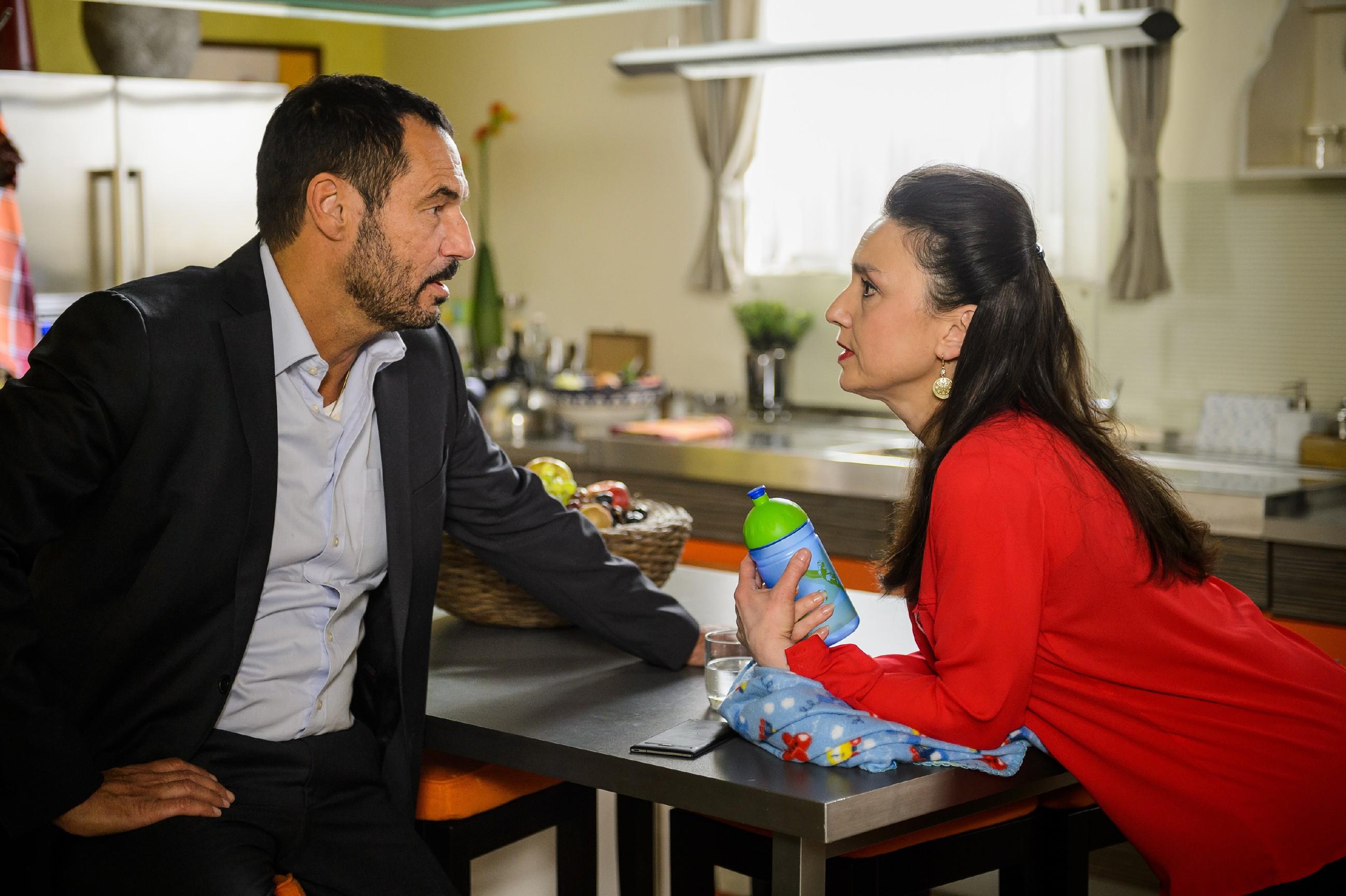 Richard (Silvan-Pierre Leirich) verschweigt vor Simone (Tatjana Clasing) den Kuss mit Carmen. (Quelle: RTL / Willi Weber)