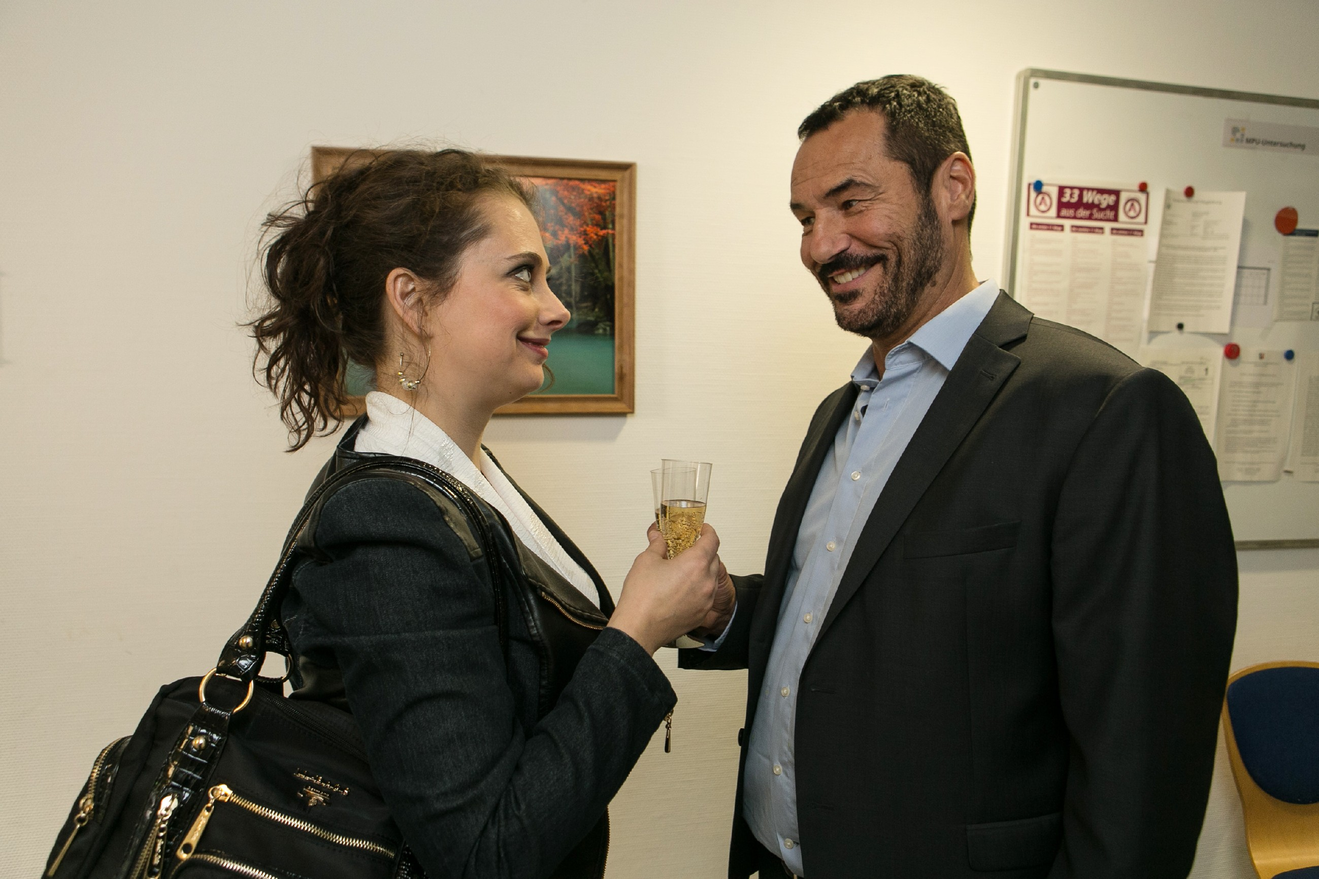Nachdem Carmen (Heike Warmuth) im Überschwang über die bestandene MPU Richard (Silvan-Pierre Leirich) geküsst hat, sucht sie überfordert nach einer Erklärung für den Kuss. (Quelle: RTL / Kai Schulz)