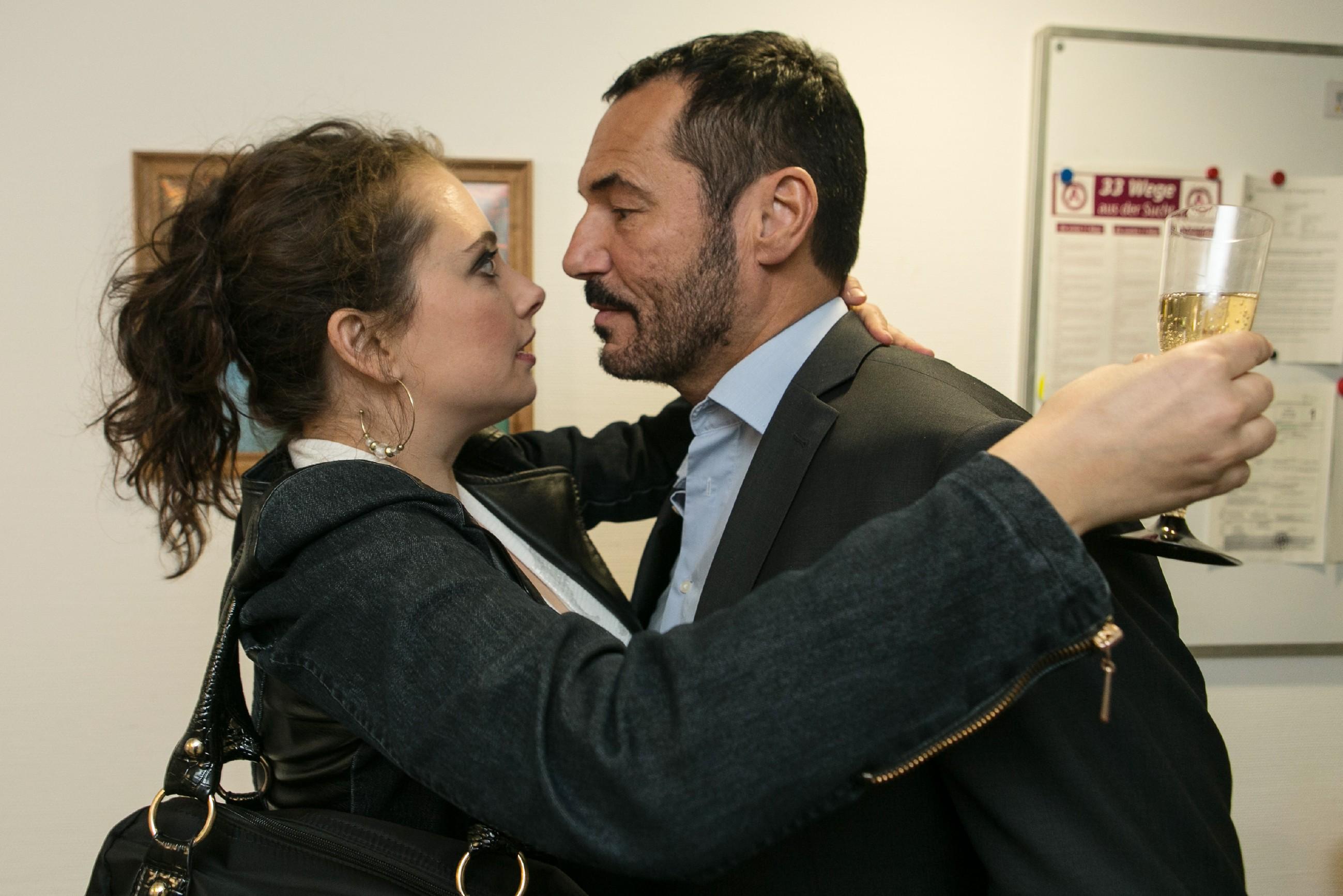 Im Überschwang der Gefühle über die bestandene MPU überfällt Carmen (Heike Warmuth) Richard (Silvan-Pierre Leirich) mit einem Kuss... (Quelle:RTL / Kai Schulz)