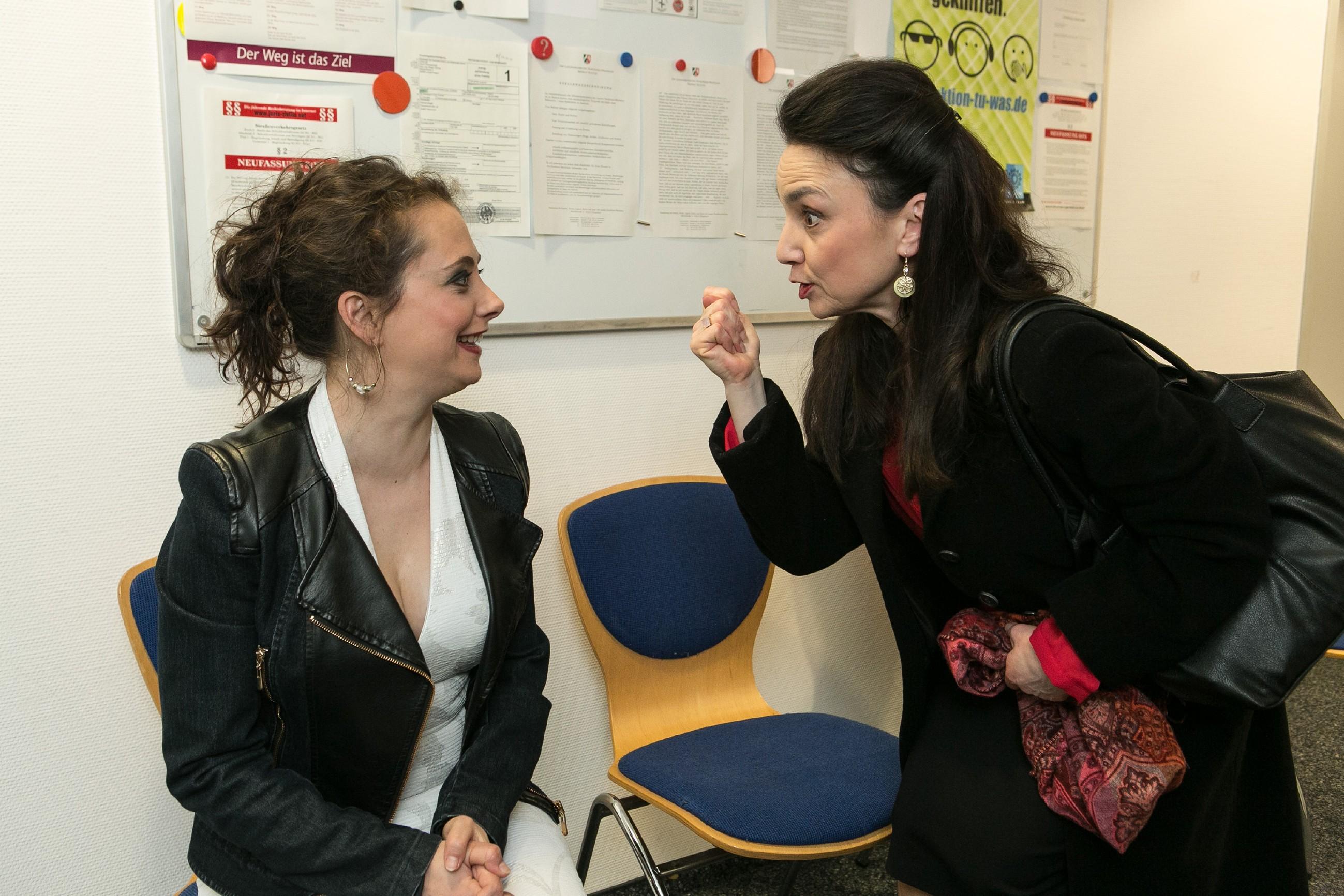 Simone (Tatjana Clasing, r.) muss dringend weg und drückt Carmen (Heike Warmuth) für deren bevorstehende MPU die Daumen. (Quelle:RTL / Kai Schulz)