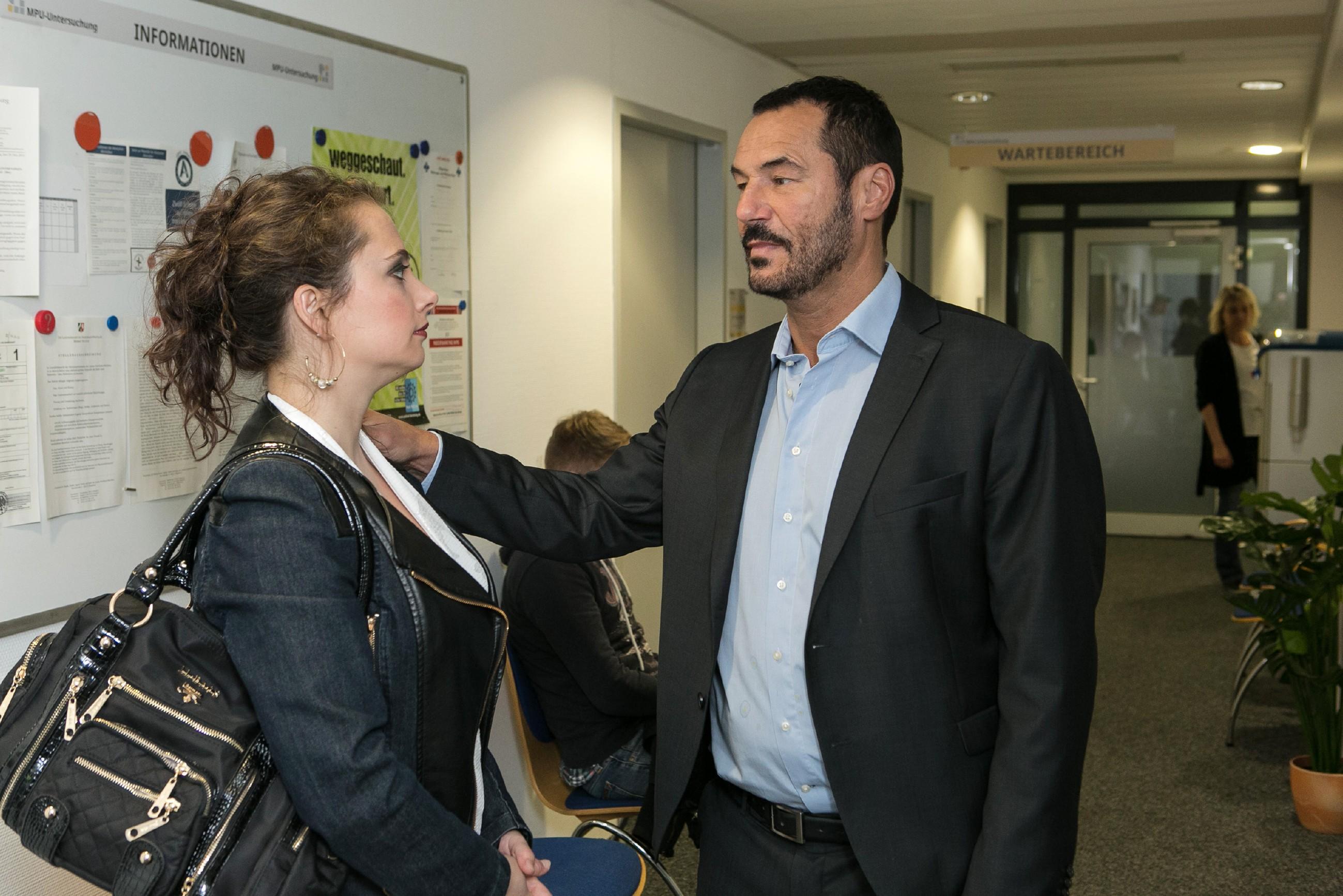 Carmen (Heike Warmuth) wird in der letzten Minute von Richard (Silvan-Pierre Leirich) abgehalten, einen Rückzieher vor der MPU zu machen. (Quelle:RTL / Kai Schulz)