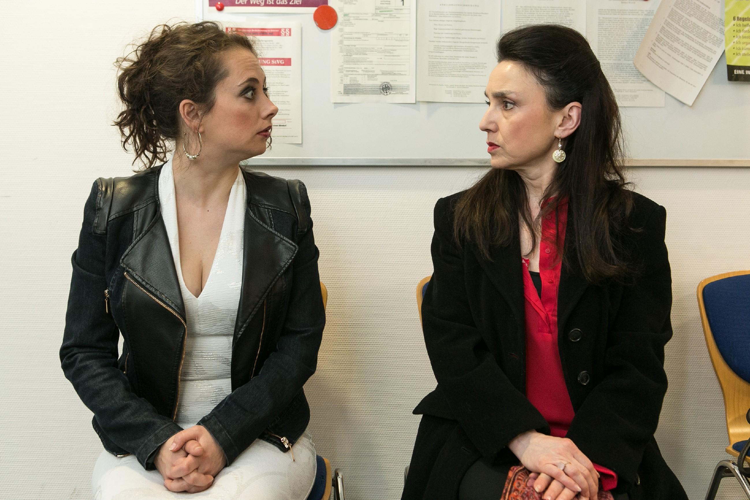 Carmen (Heike Warmuth, l.) beweist Simone (Tatjana Clasing), dass sie sich gut auf ihre Prüfung vorbereitet hat. (Quelle:RTL / Kai Schulz)