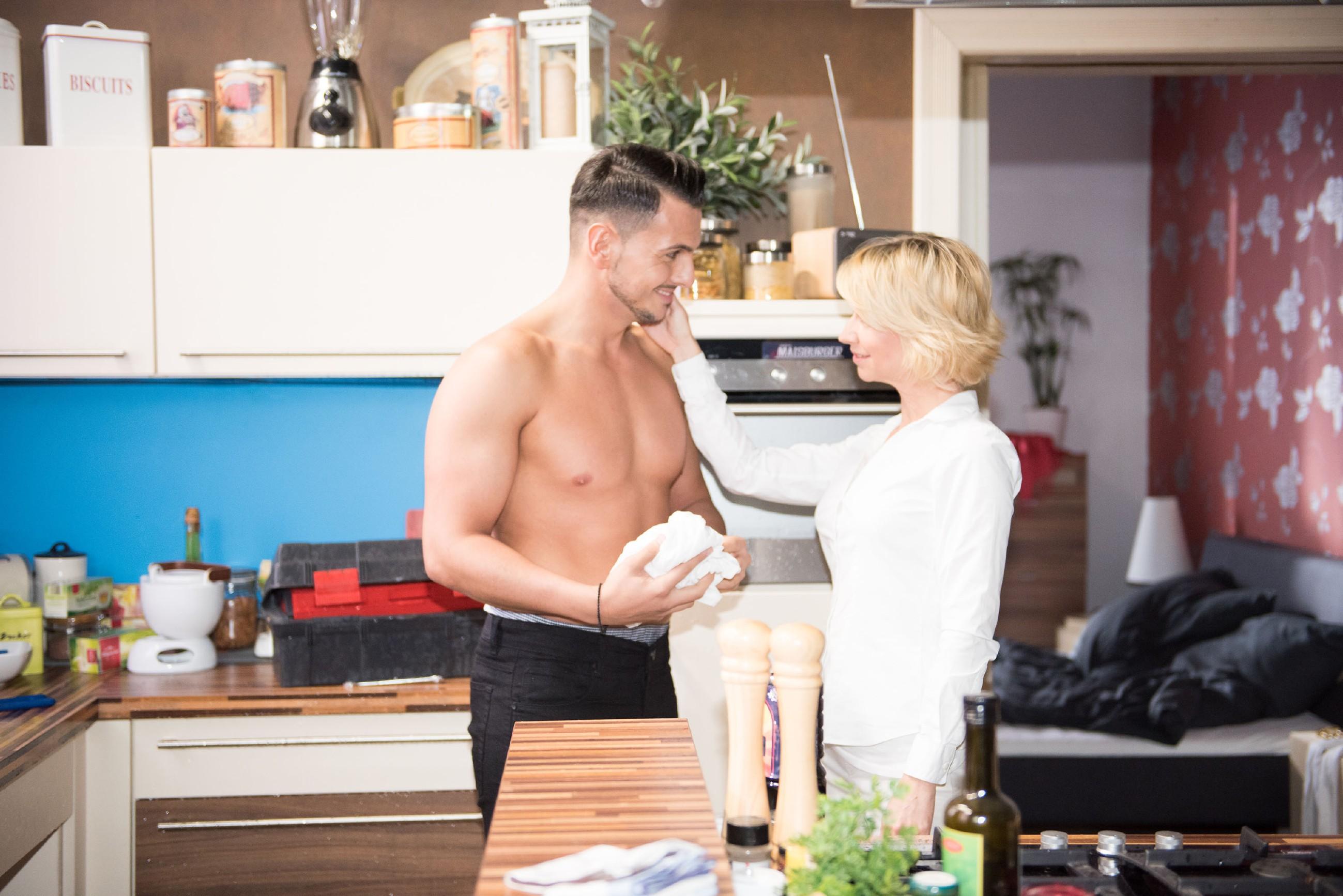 Als Ute (Isabell Hertel) dem halbnackten Nikos (Cronis Karakassidis) in ihrer Wohnung gegenüber steht, funkt es gewaltig zwischen den beiden... (Quelle: RTL / Stefan Behrens)