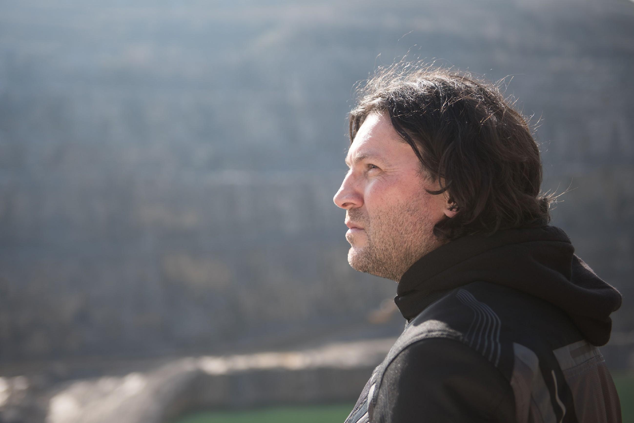 In einer einsamen Umgebung will Rolf (Stefan Franz) seinem Leben ein Ende setzen... (Quelle: RTL / Stefan Behrens)