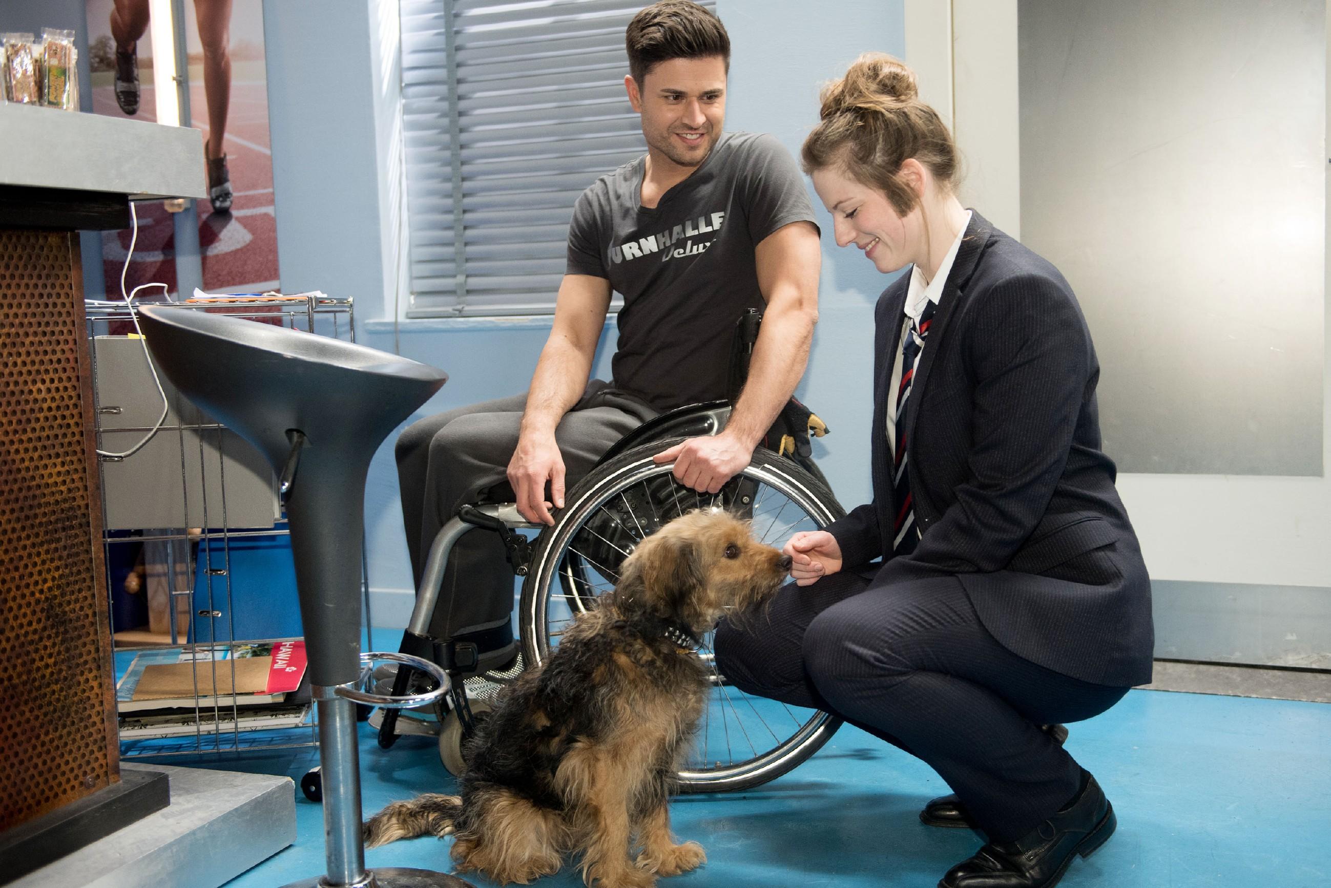 Als Stinker wieder auftaucht, kommt Elli (Nora Koppen) zu Pacos (Milos Vukovic) Begeisterung auf die Idee, wie sie dem Hund seinen Kummer erleichtern kann... (Quelle: RTL / Stefan Behrens)