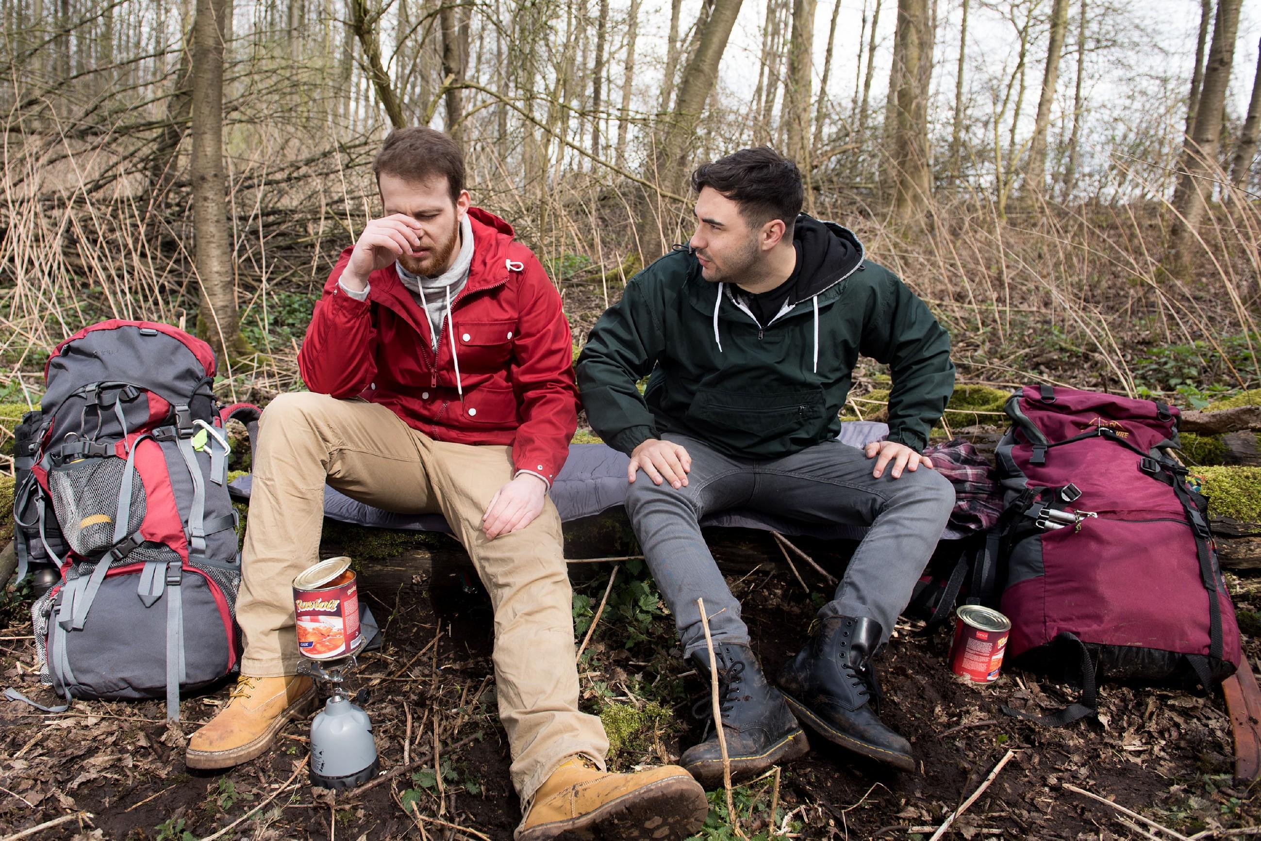 Tobias (Patrick Müller, l.) und Easy (Lars Steinhöfel) lassen sich, trotz Rückschlag, den Spaß an ihrem Survival-Trip nicht nehmen. (Quelle: RTL / Stefan Behrens)