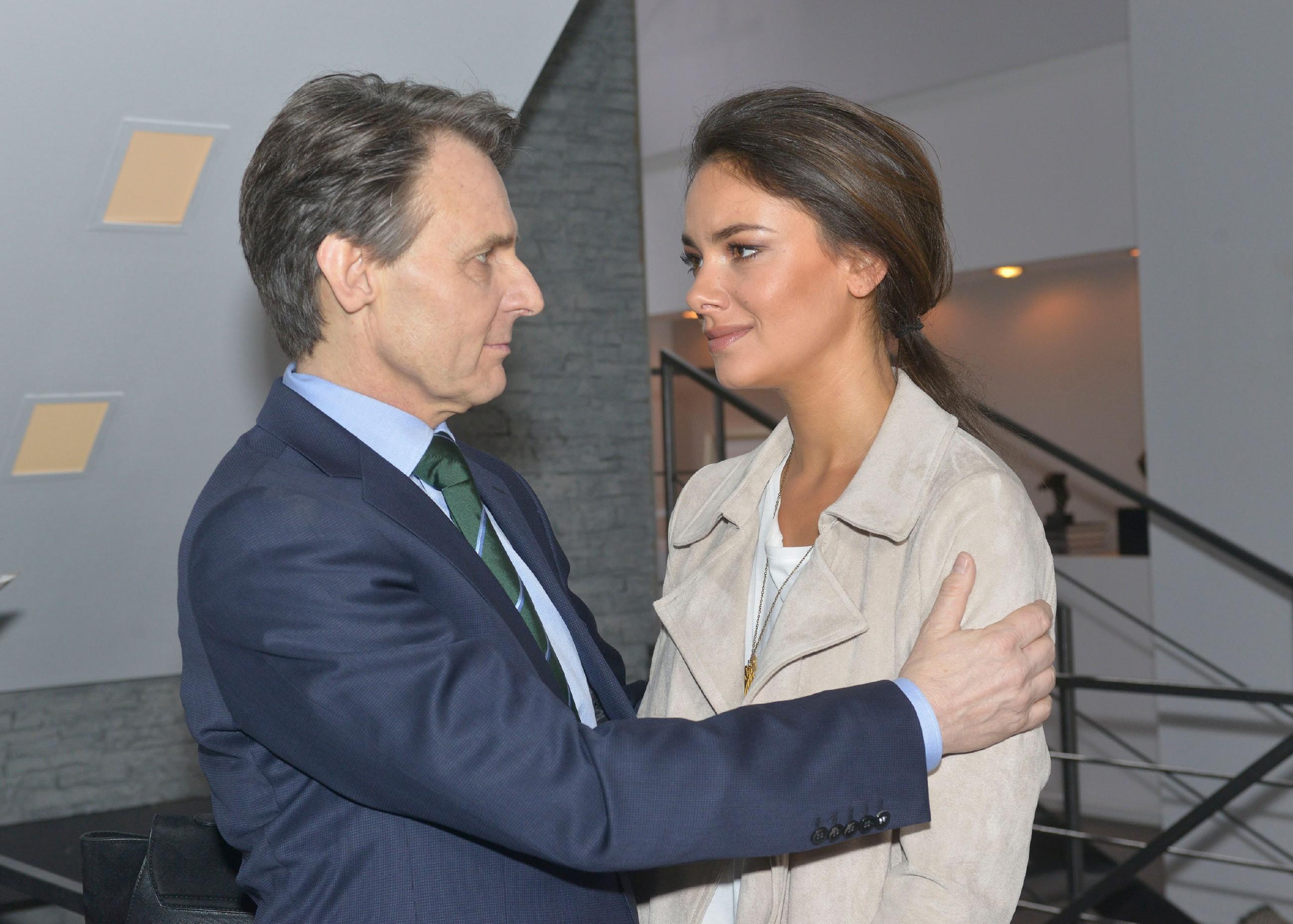 Gerner (Wolfgang Bahro) verspricht Jasmin (Janina Uhse), bei dem Prozess alles in seiner Macht stehende zu tun, um Katrin aus dem Gefängnis zu holen. (Quelle: RTL / Rolf Baumgartner)
