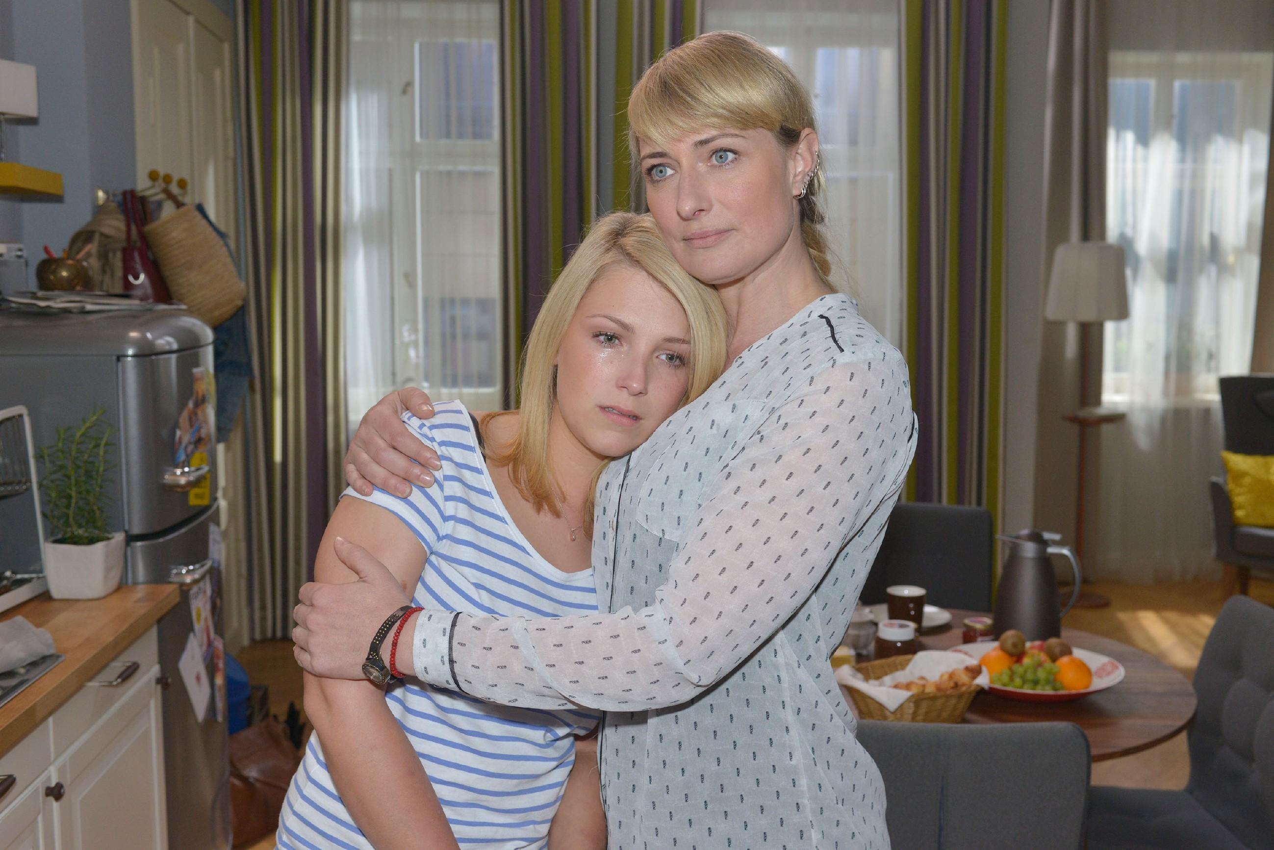 Als Lillys (Iris Mareike Steen, l.) Angst, Amar zu verlieren, übermächtig wird, ist Maren (Eva Mona Rodekirchen) für sie da. (Quelle: RTL / Rolf Baumgartner)