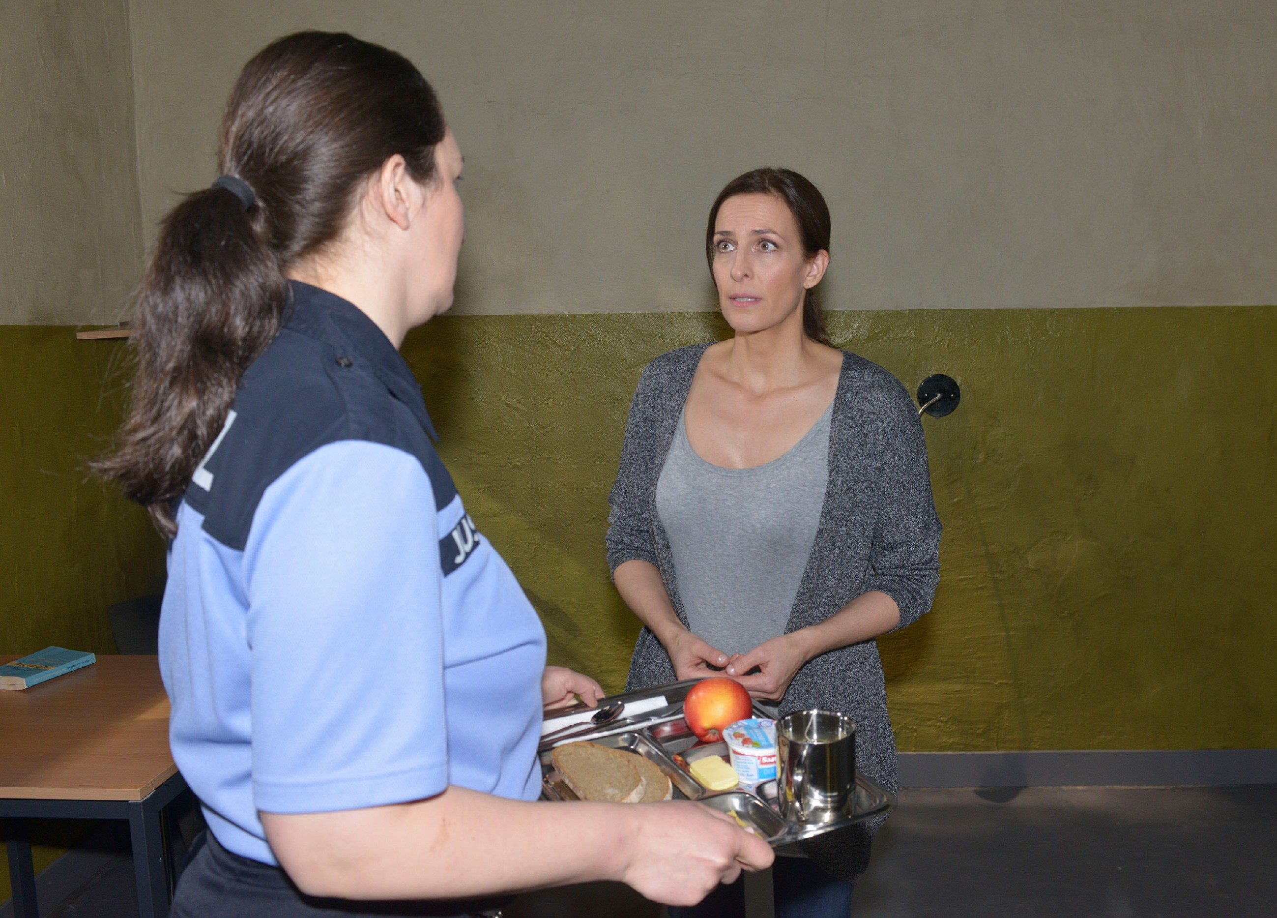 Katrin (Ulrike Frank, r.) bittet eine Justizbeamtin (Komparsin) in der U-Haft vergeblich darum, ein Telefonat führen zu dürfen. (Quelle: RTL / Rolf Baumgartner)
