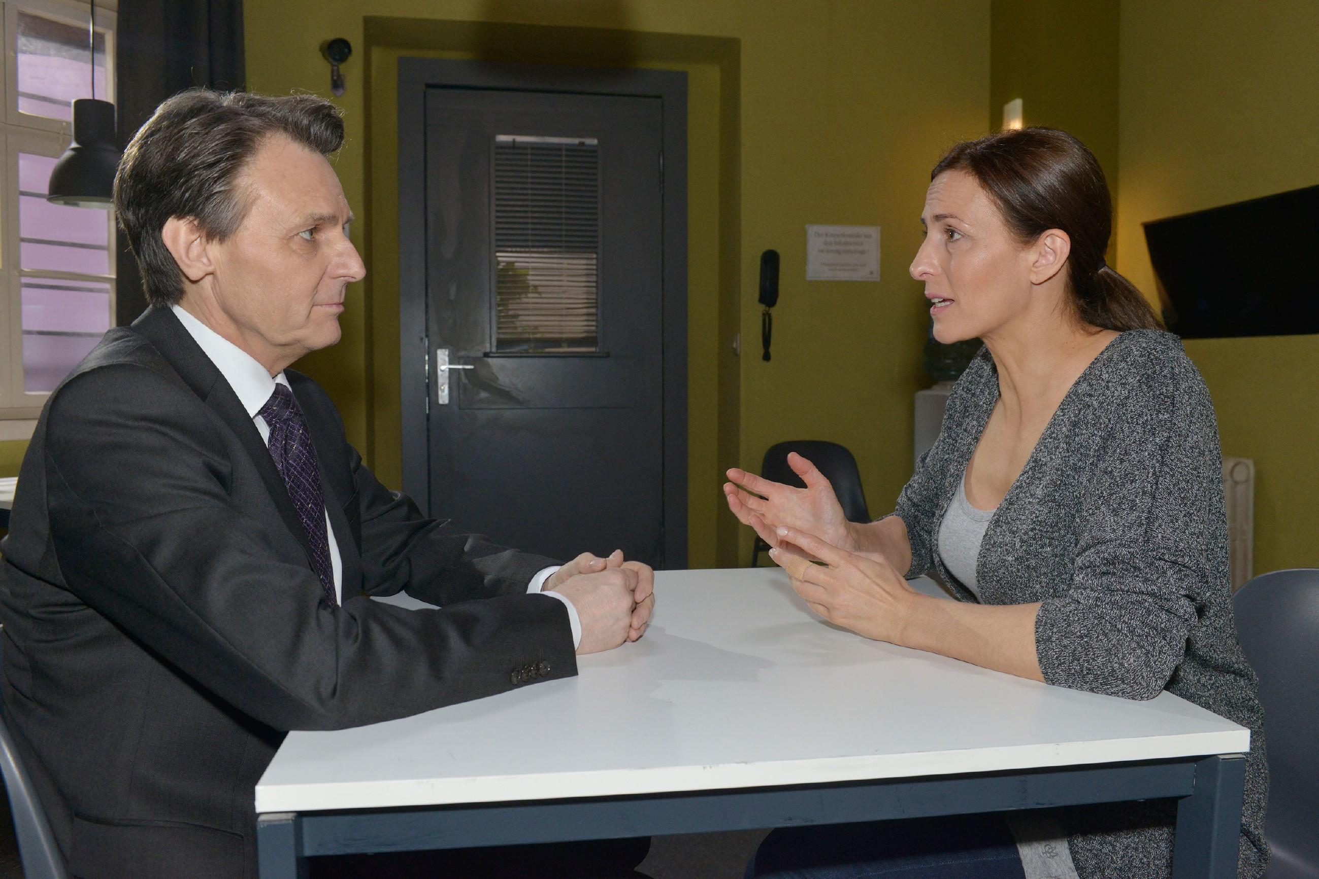 Gerner (Wolfgang Bahro) verschweigt Katrin (Ulrike Frank) die auftretenden Probleme bei seiner Verteidigungsstrategie, um sie vor dem Prozess nicht zu beunruhigen. (Quelle: RTL / Rolf Baumgartner)