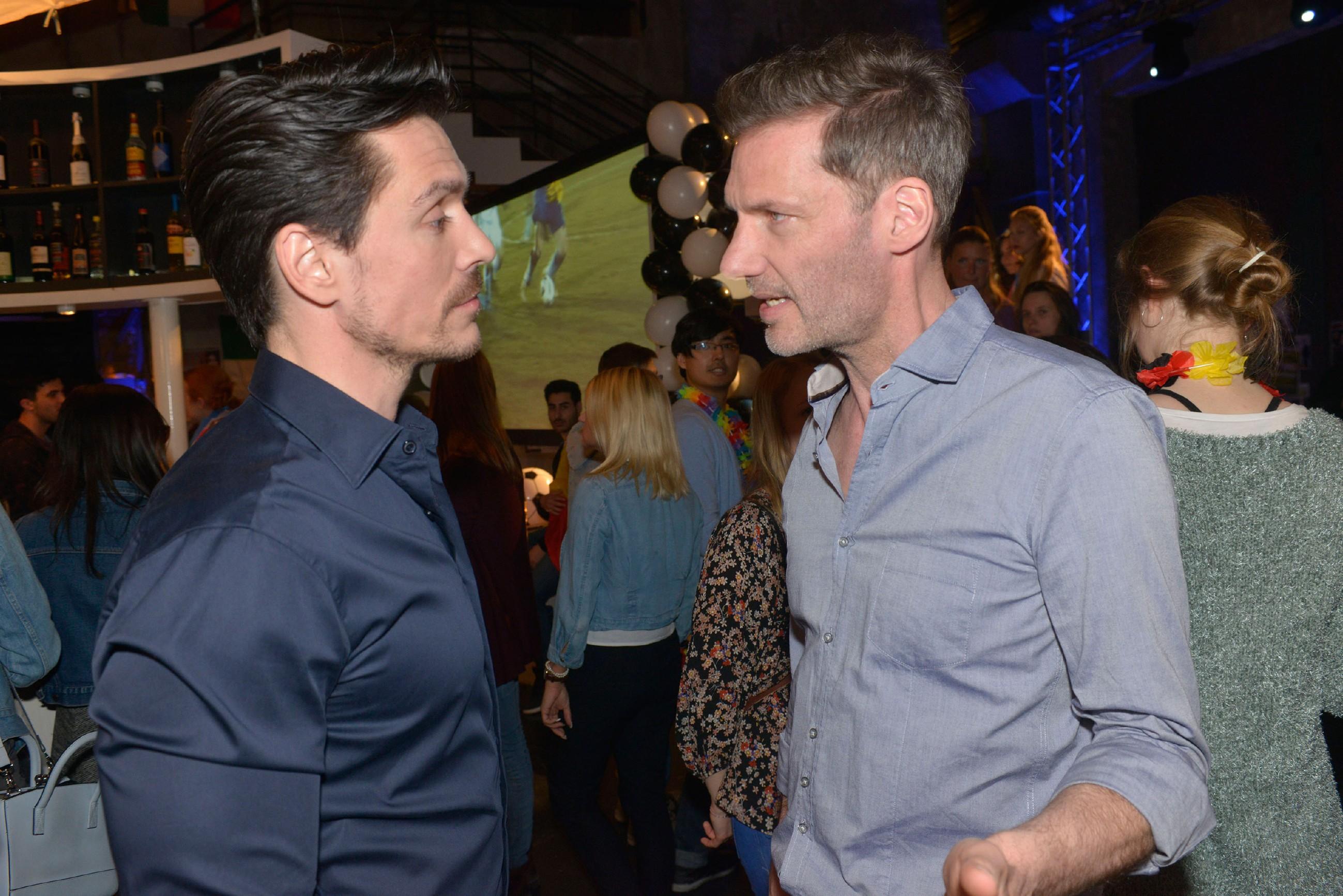 David (Philipp Christopher, l.) lässt Alexanders (Clemens Löhr) Vorwürfe gleichmütig an sich abprallen. (Quelle: RTL / Rolf Baumgartner)