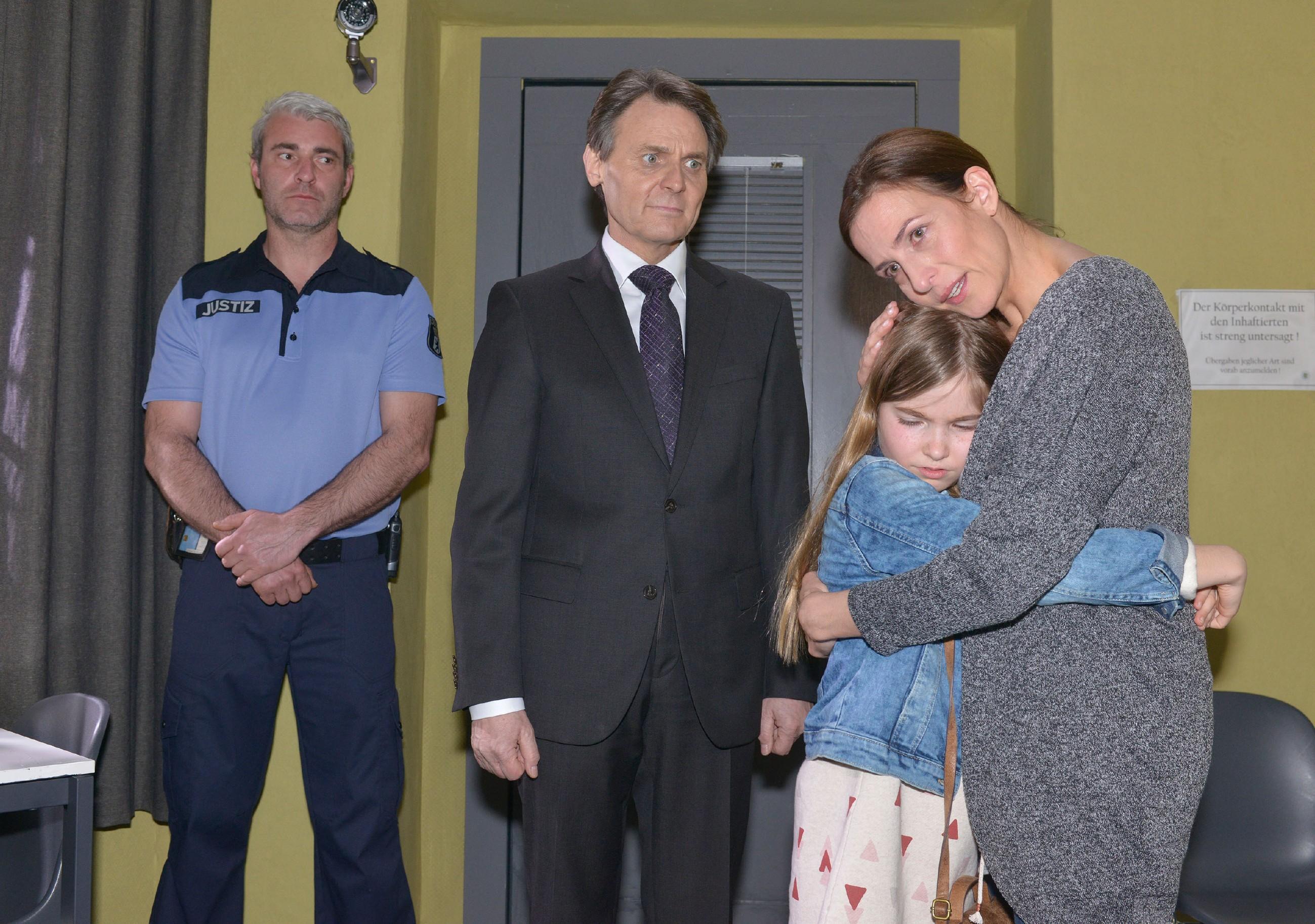 Katrin (Ulrike Frank, r.) bricht es fast das Herz, als Gerner (Wolfgang Bahro) ihre Tochter Johanna zu einem Besuch ins Gefängnis mitbringt (l. Komparse). (Quelle: RTL / Rolf Baumgartner)