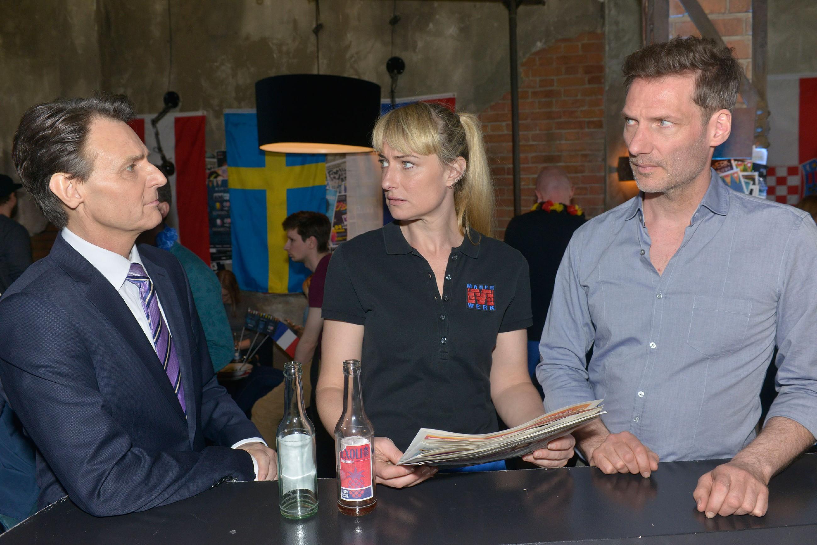 Maren (Eva Mona Rodekirchen) und Alexander (Clemens Löhr, r.) werden von Gerner (Wolfgang Bahro) unter Druck gesetzt. (Quelle: RTL / Rolf Baumgartner)