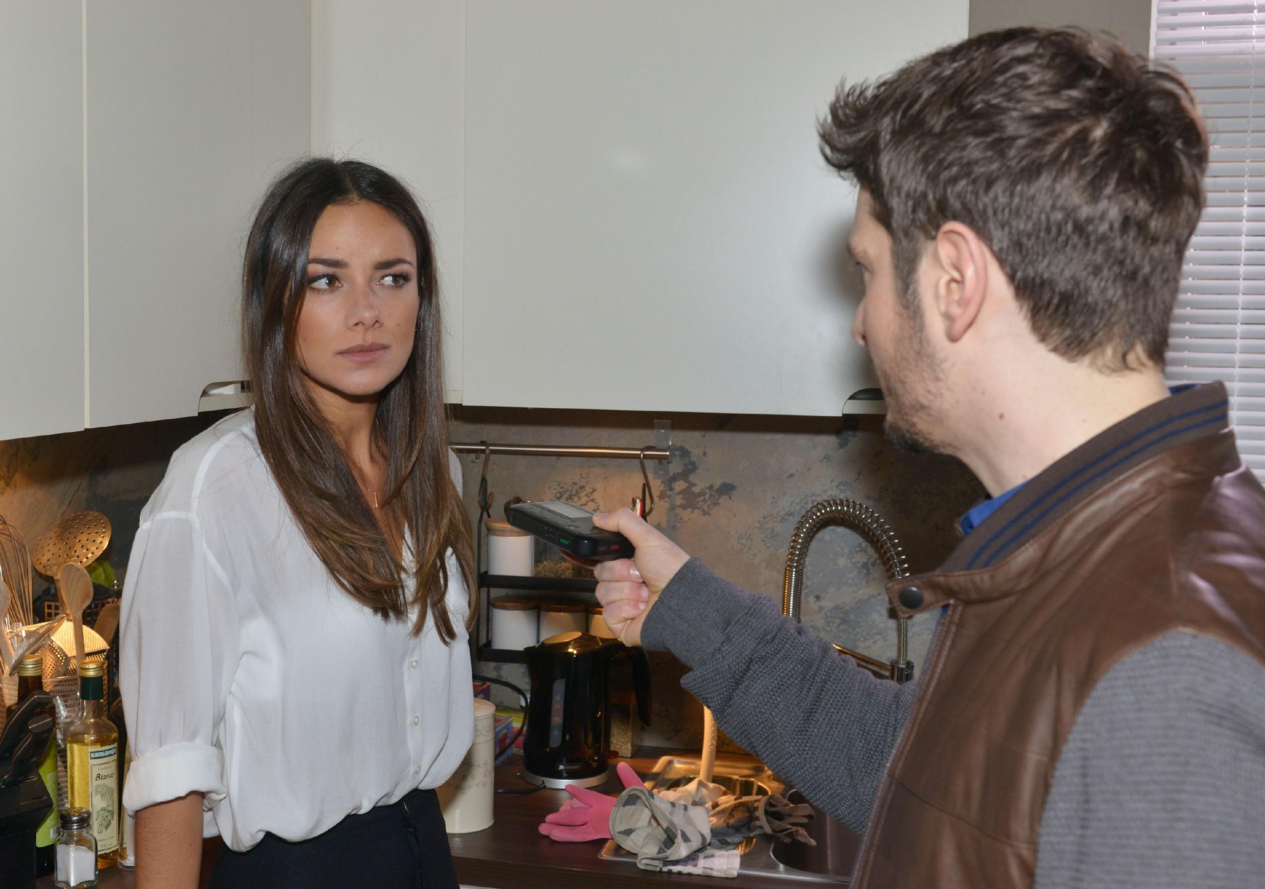 Jasmin (Janina Uhse) ist entsetzt, als sie erneut von einem aufdringlichen Reporter (Komparse) bedrängt wird. (Quelle: RTL / Rolf Baumgartner)