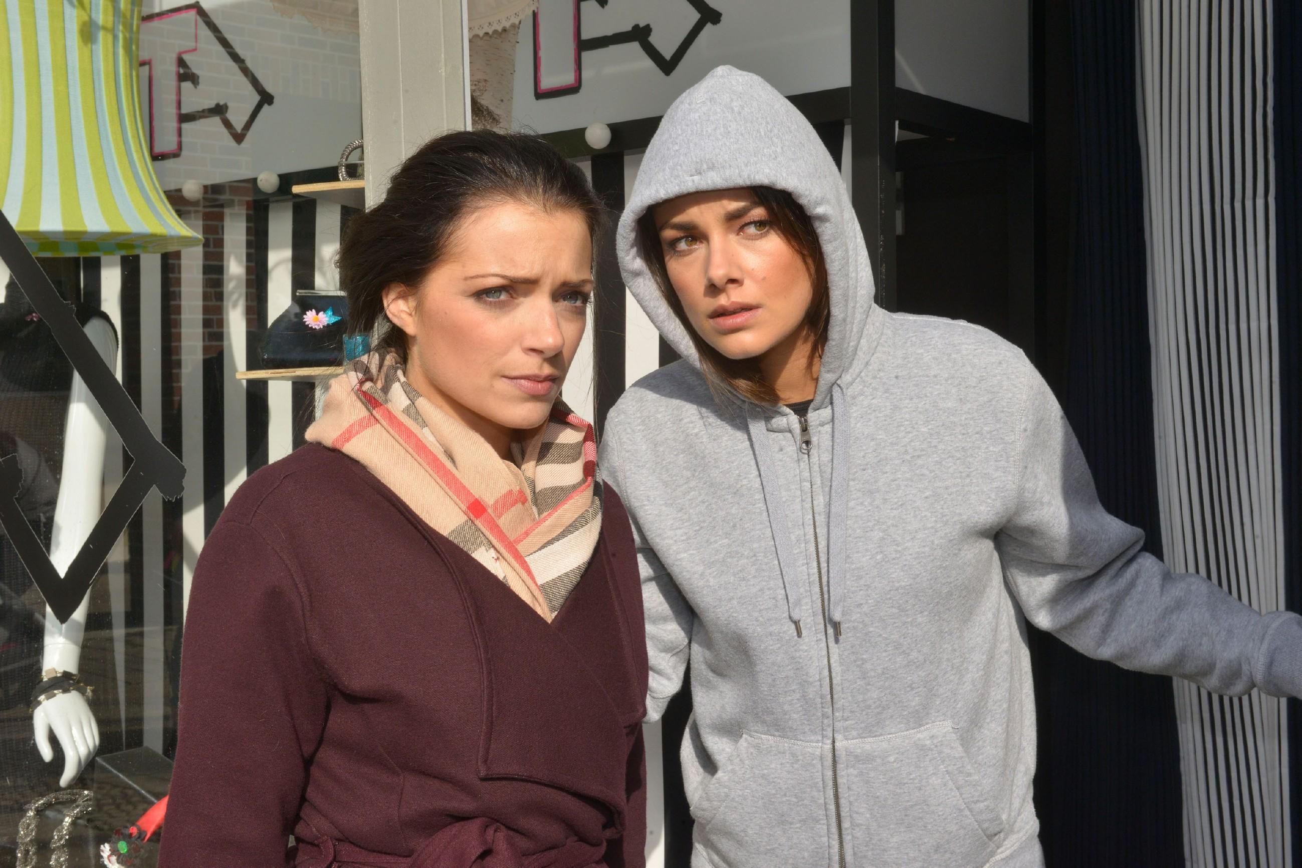 Jasmin (Janina Uhse, r.) vesucht mit Emilys (Anne Menden) Hilfe der wartenden Presse zu entkommen. (Quelle: RTL / Rolf Baumgartner)