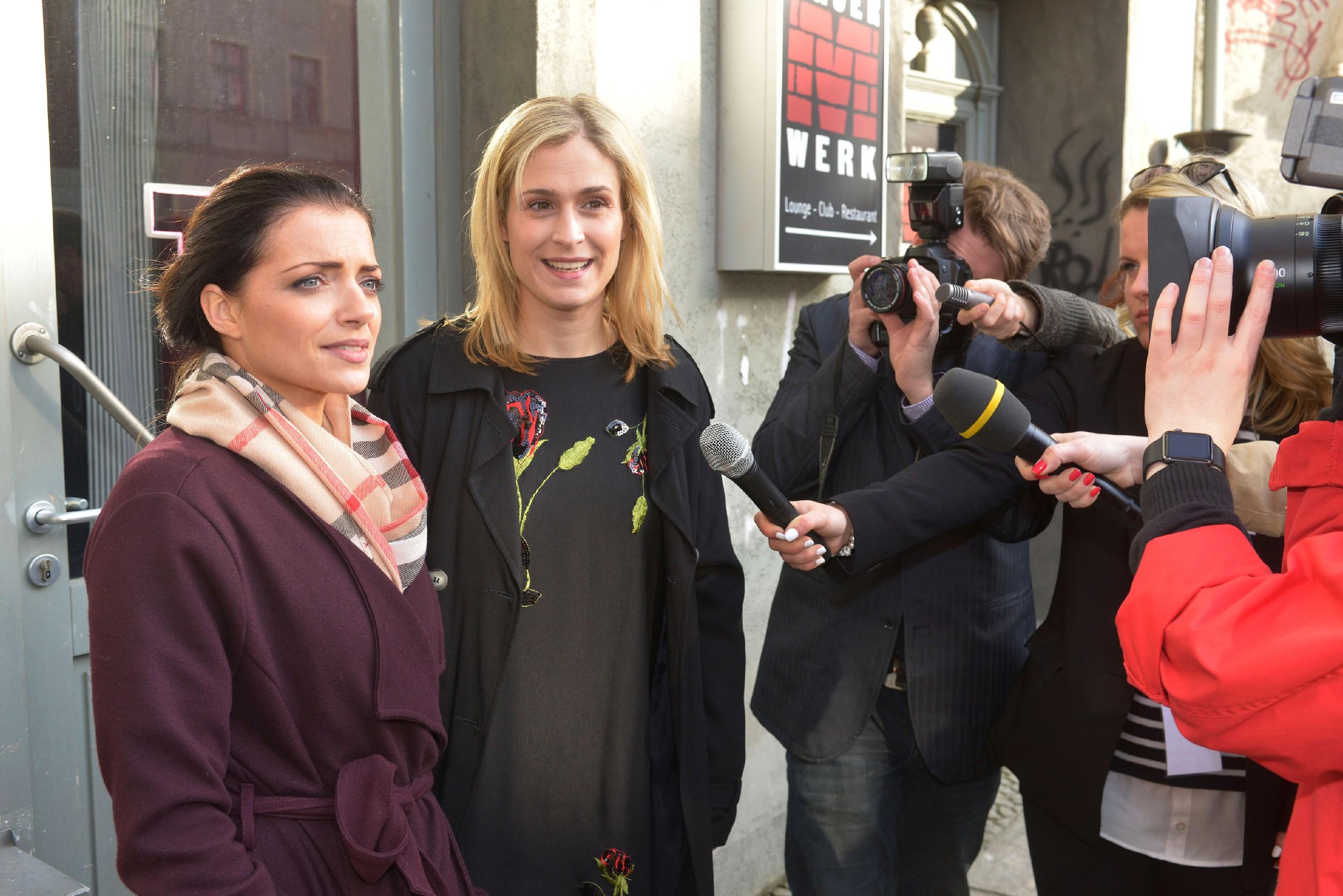 Emily (Anne Menden, l.) und Sophie (Lea Marlen Woitack, 2.v.l.) gelingt es, die Presseleute unter Kontrolle zu kriegen. (Quelle: RTL / Rolf Baumgartner)