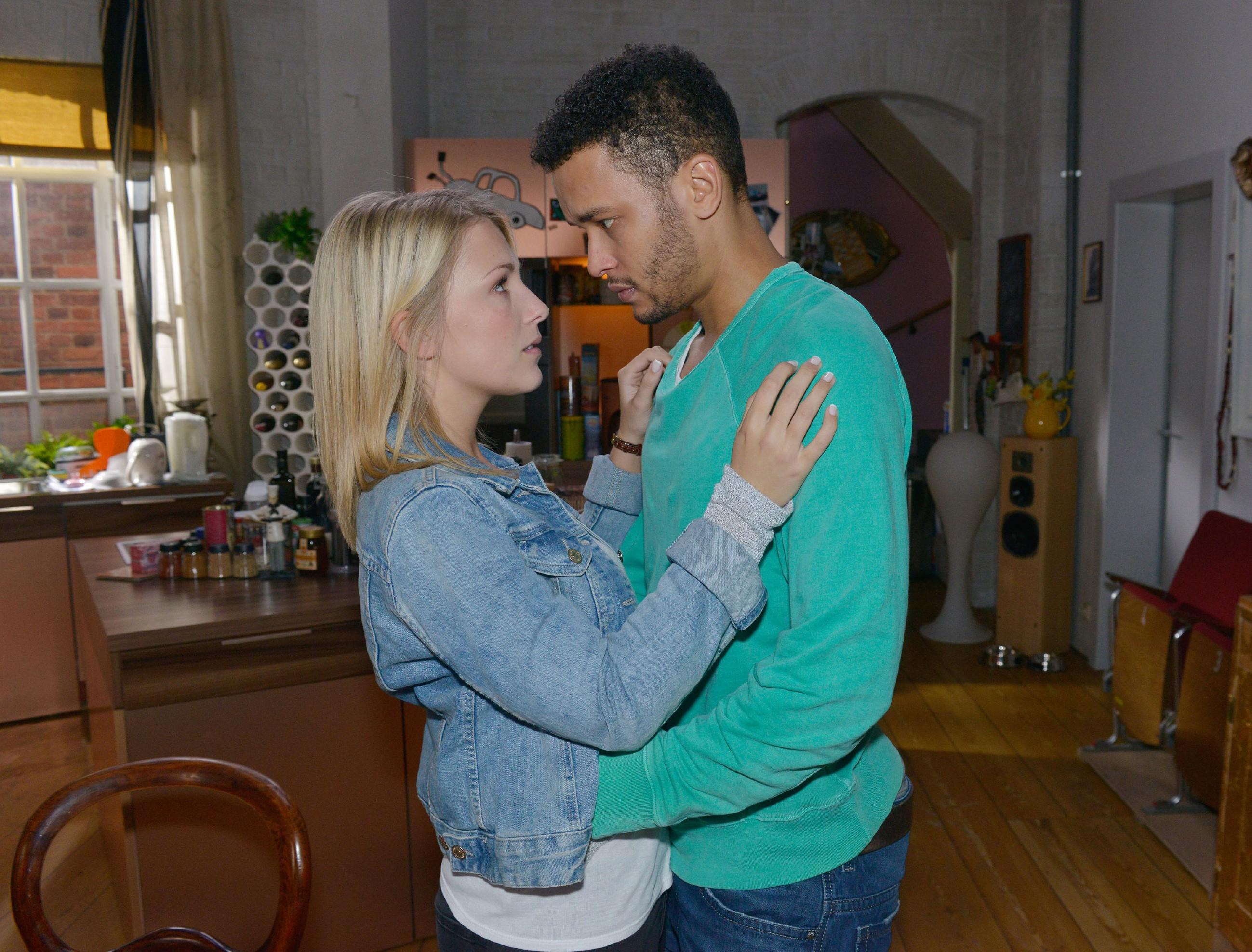 Als Amar (Thando Walbaum) Lilly (Iris Mareike Steen) seine uneingeschränkte Liebe versichert, entschließt sie sich, ihm bei der Familienzusammenführung zu helfen. (Quelle: RTL / Rolf Baumgartner)