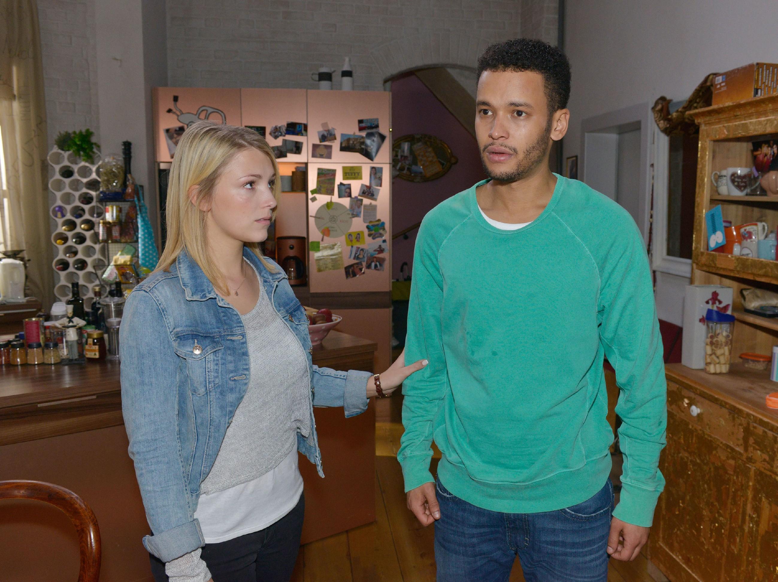 Die Nachricht, dass Amars Familie in einem Flüchtlingslager in Afrika aufgetaucht ist, stellt Lillys (Iris Mareike Steen) und Amars (Thando Walbaum) Welt auf den Kopf. (Quelle: RTL / Rolf Baumgartner)