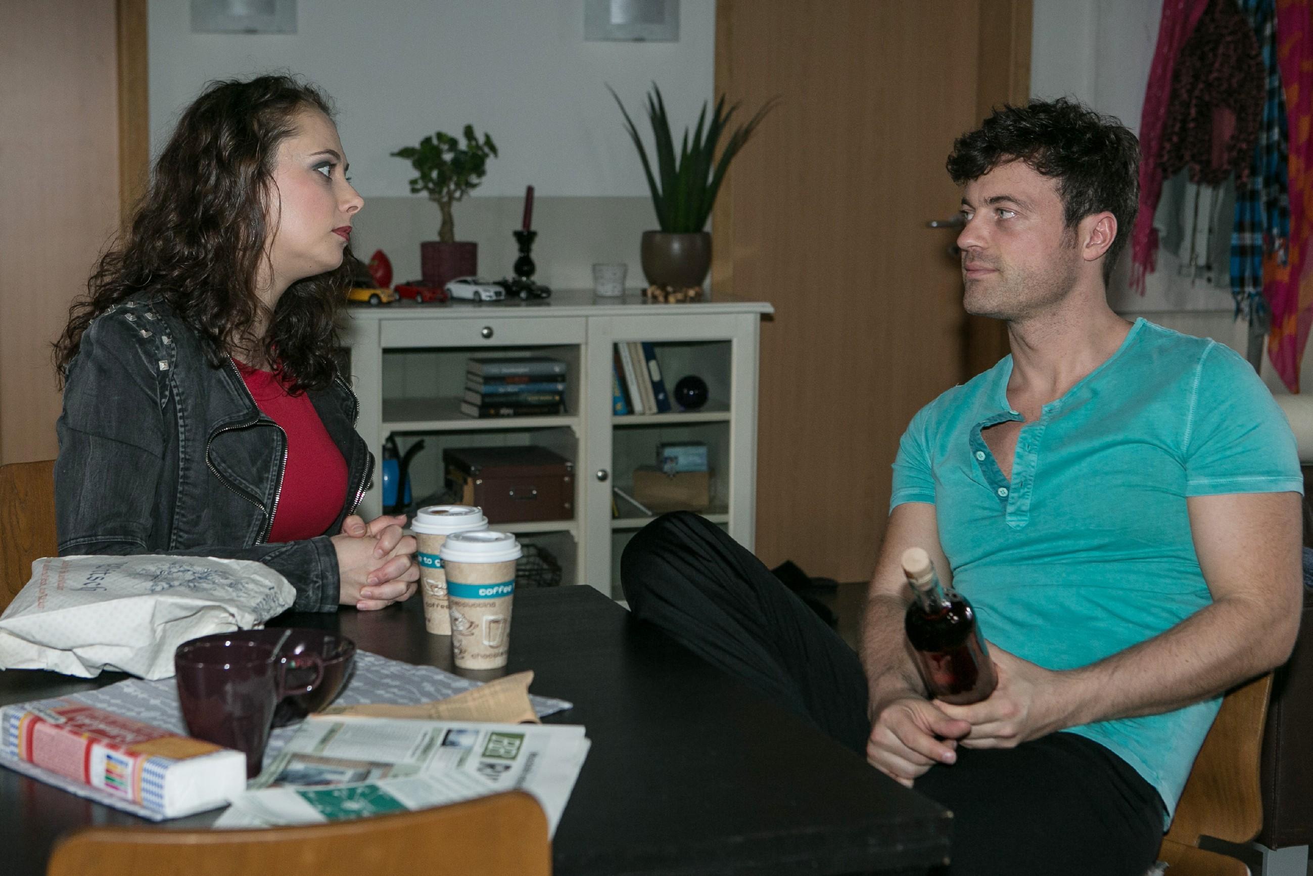 Carmen (Heike Warmuth) versucht Ben (Jörg Rohde) davon zu überzeugen, als einzig anwesender Steinkamp mit McBrennan zu sprechen. (Quelle: RTL / Kai Schulz)