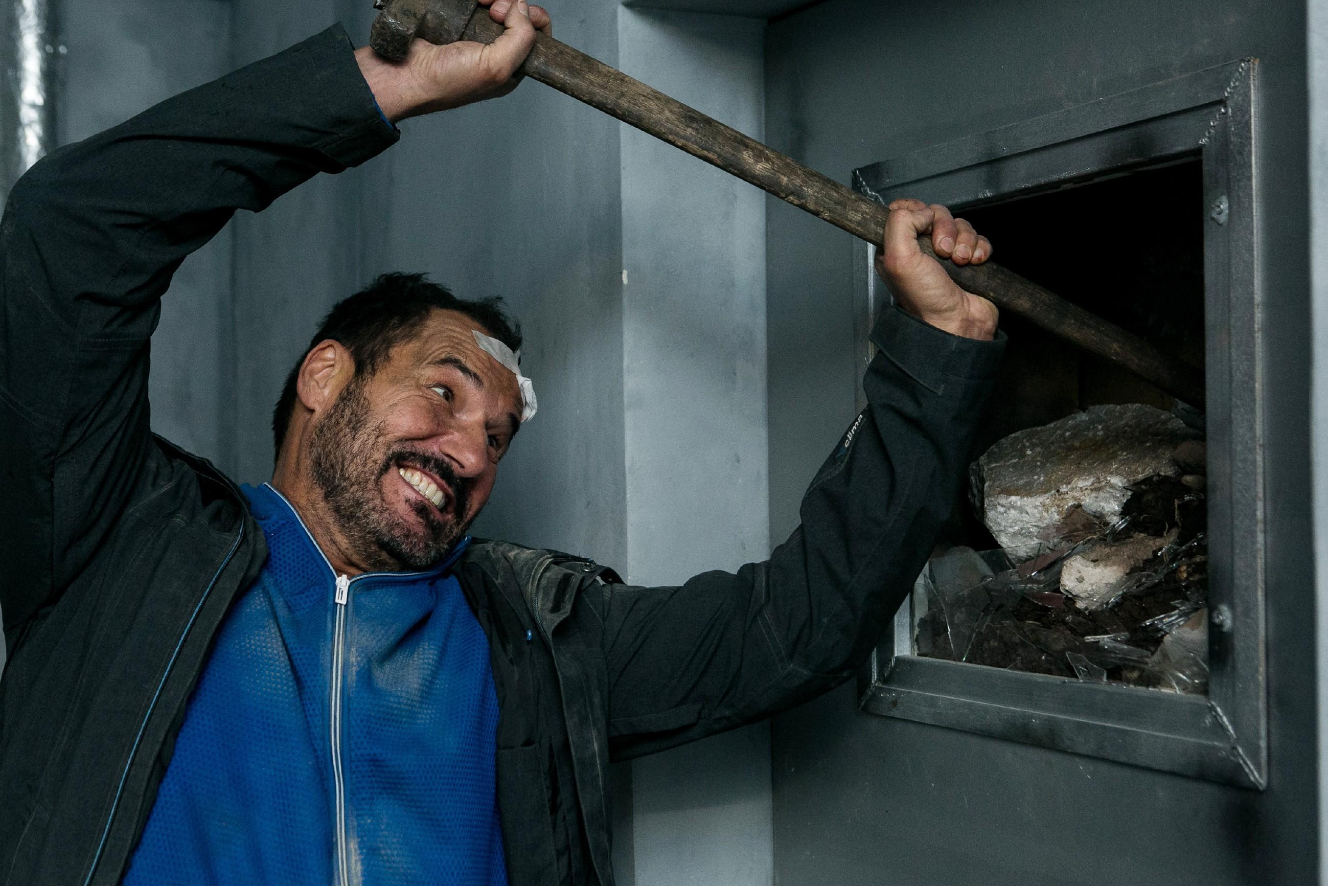 Richard (Silvan-Pierre Leirich) will nicht tatenlos auf Rettung warten und versucht in Eigeninitiative die verschüttete Tür zu öffnen... (Quelle: RTL / Kai Schulz)