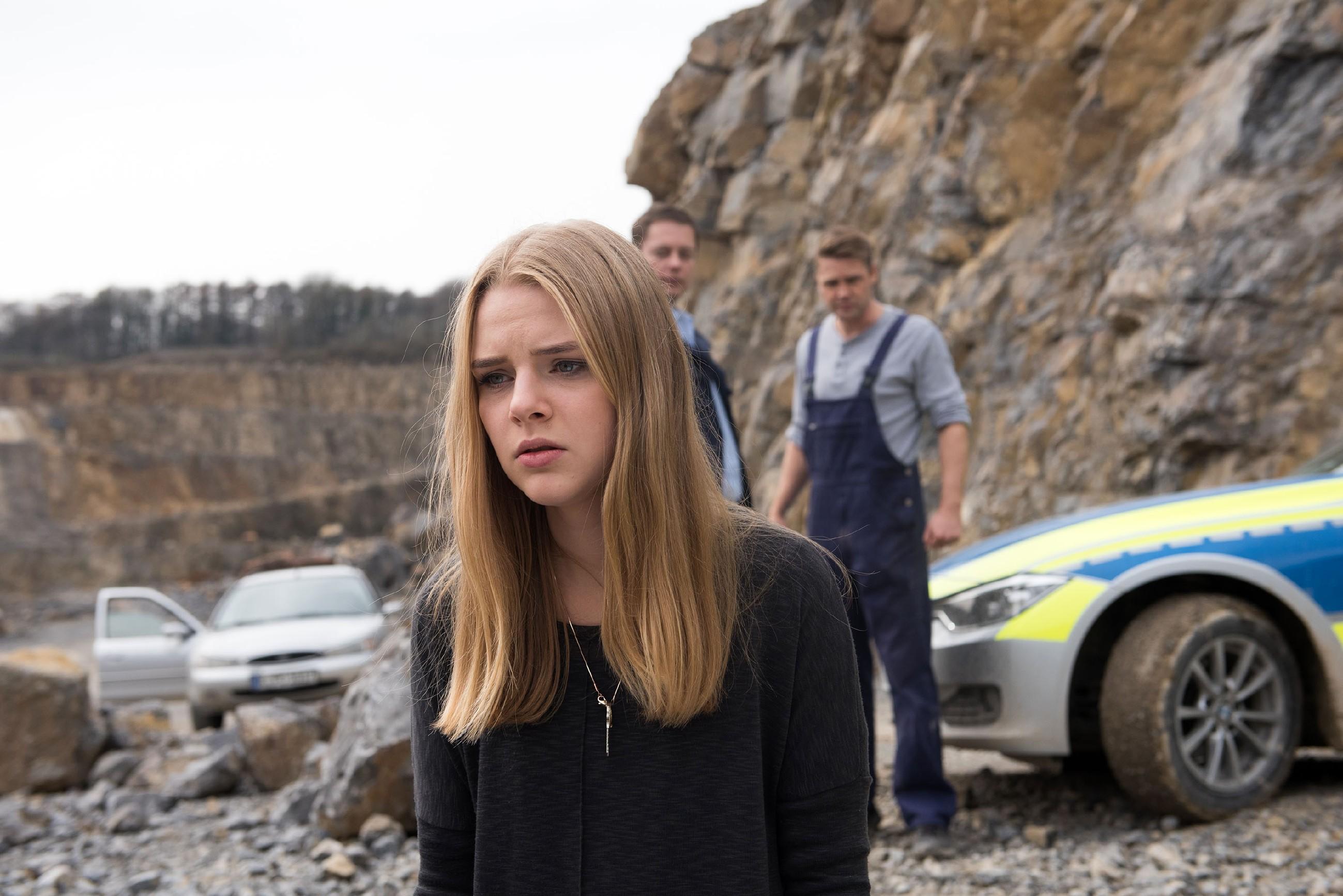 Als Fiona (Olivia Burkhart) mit Bambi (Benjamin Heinrich, r.) am Unfallort eintrifft, realisiert sie, dass Rolf tot ist und bricht zusammen... (Quelle: RTL / Stefan Behrens)