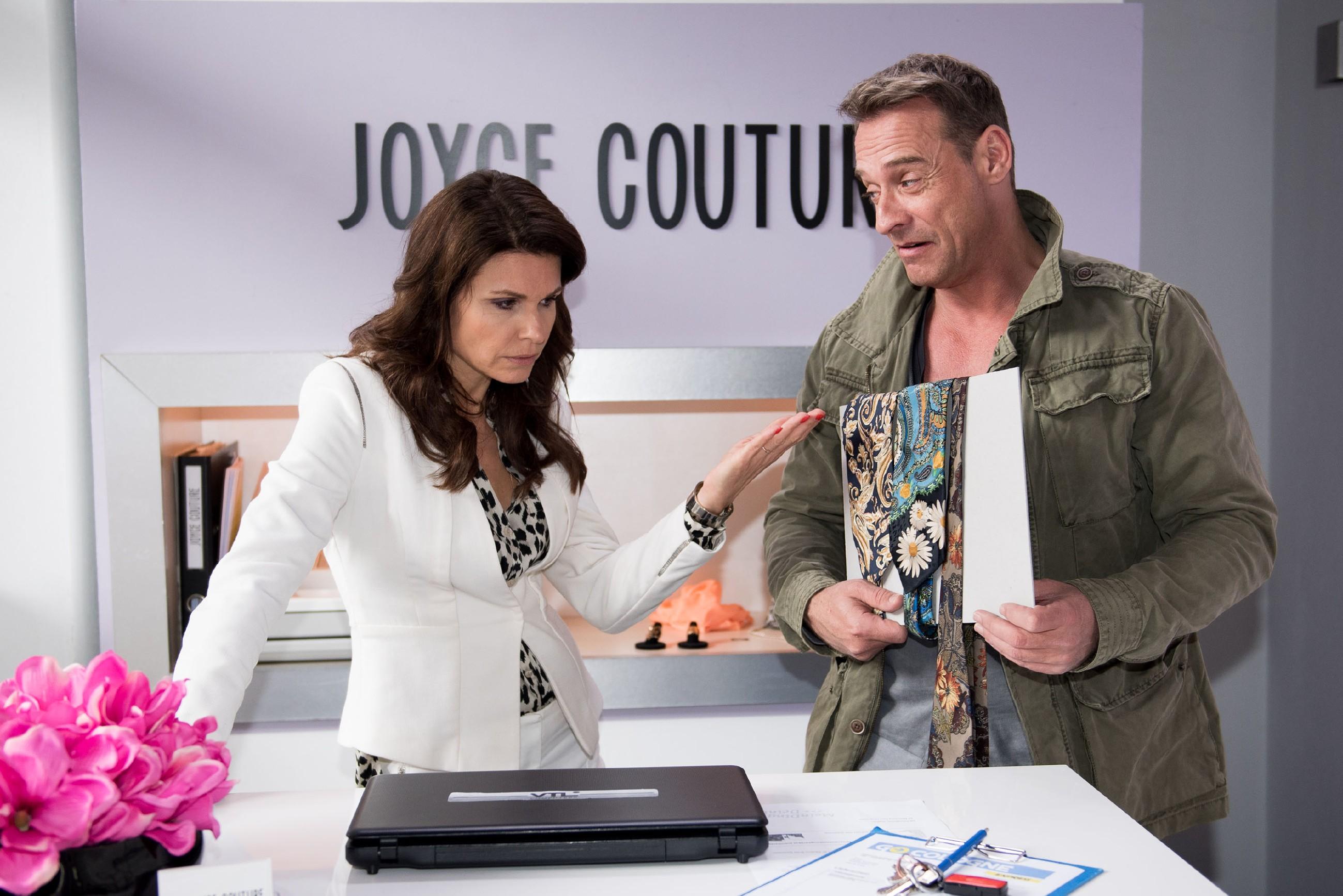 Im Beisein von Rufus (Kai Noll) erkennt Britta (Tabea Heynig) fassungslos, dass sie einen Container voller hässlicher Krawatten ersteigert hat. (Quelle: RTL / Stefan Behrens)