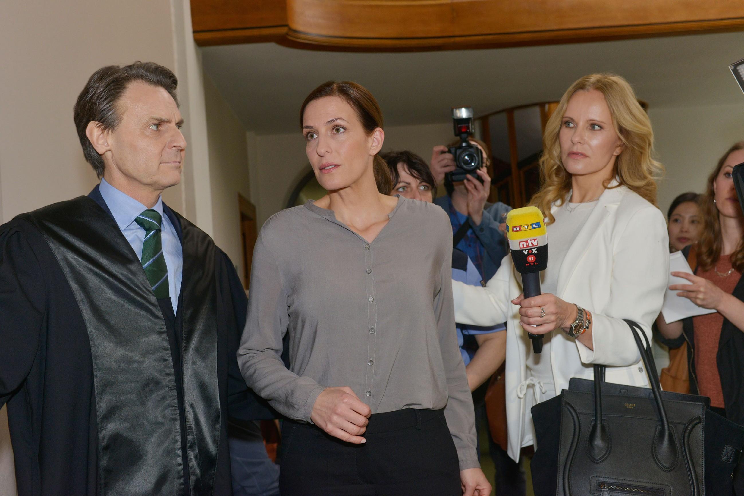 Gerner (Wolfgang Bahro) und Katrin (Ulrike Frank) flüchten vor der Presse und selbst die Journalistin Katja Burkard bekommt kein Interview. (Quelle: RTL / Rolf Baumgartner)