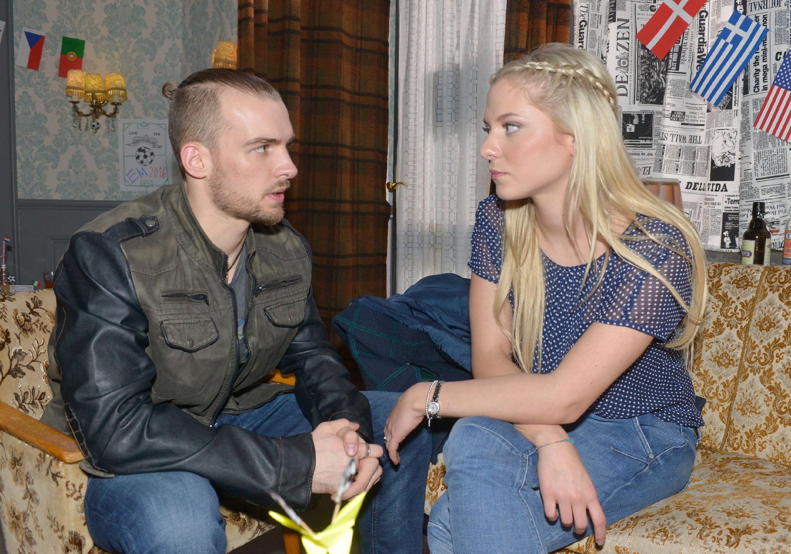 Chris (Eric Stehfest) erzählt Sunny (Valentina Pahde) von Gerners Herzattacke. (Quelle: RTL / Rolf Baumgartner)