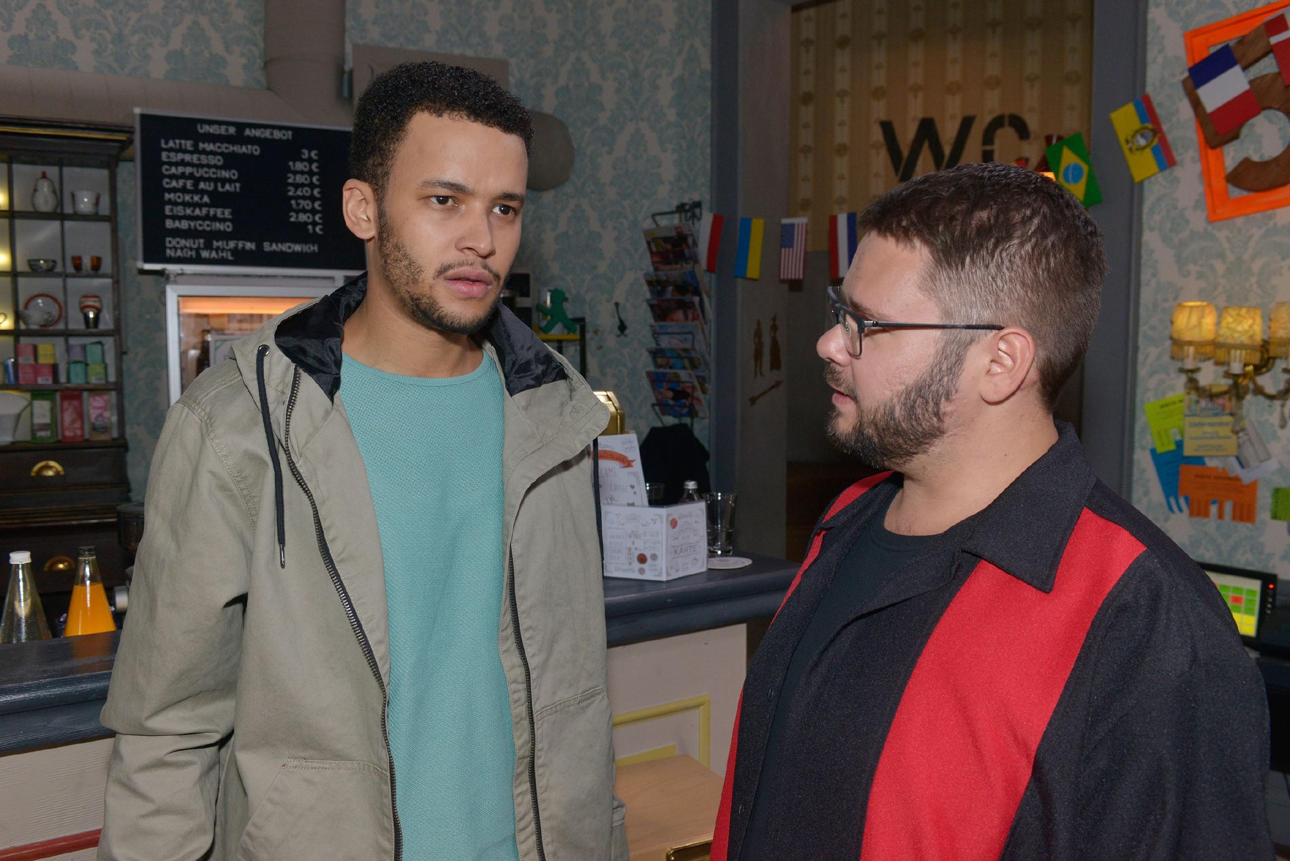 Tuner (Thomas Drechsel, r.) spürt, dass Amar (Thando Walbaum) wegen seiner Familie in einen argen Gewissenskonflikt geraten ist. (Quelle: RTL / Rolf Baumgartner)