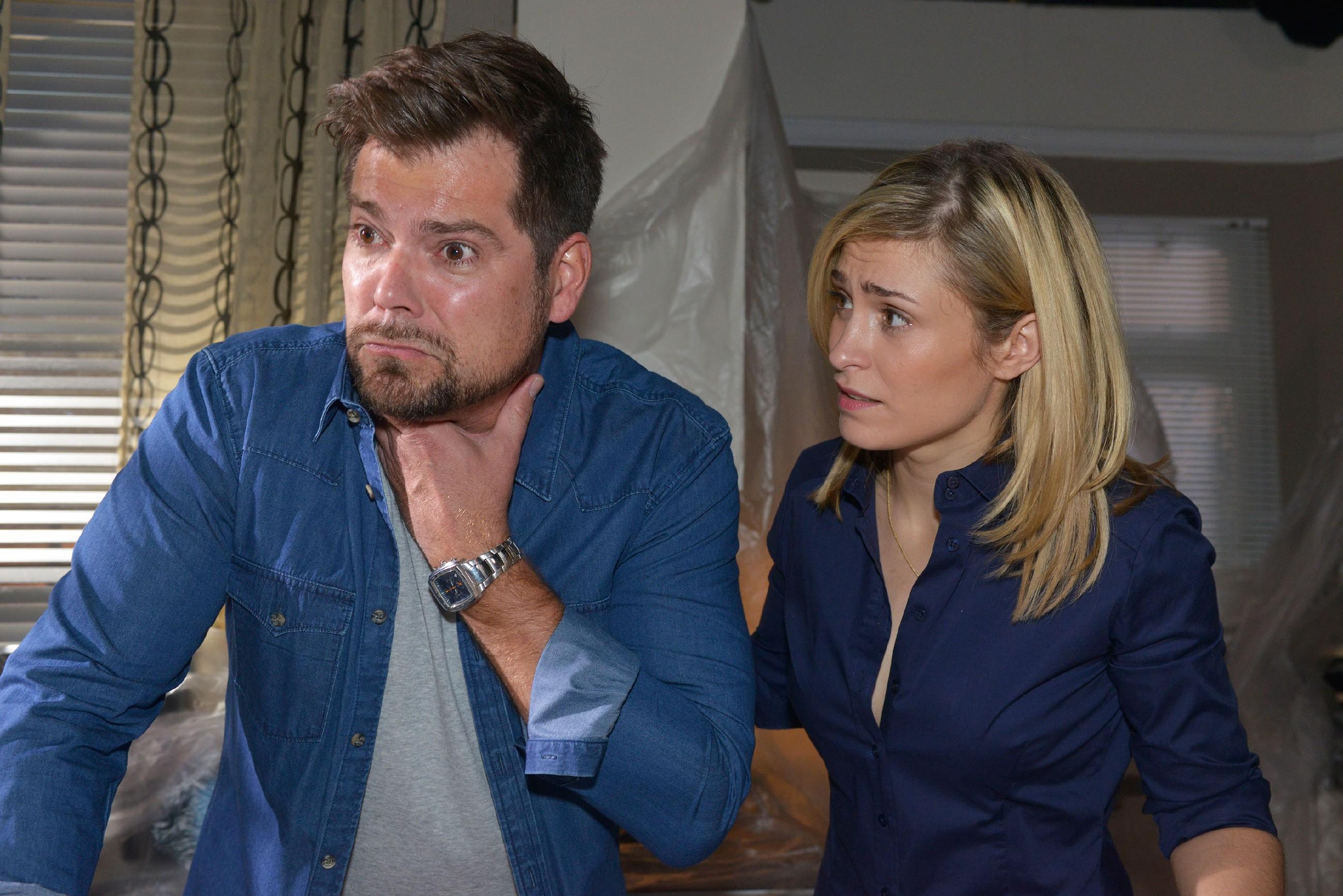 Sophie (Lea Marlen Woitack) macht sich Sorgen um Leon (Daniel Fehlow), der sich bei seinem Versuch, den Flöhen mit Chemie beizukommen, selbst eine Dosis Flohgift verpasst hat. (Quelle: RTL / Rolf Baumgartner)
