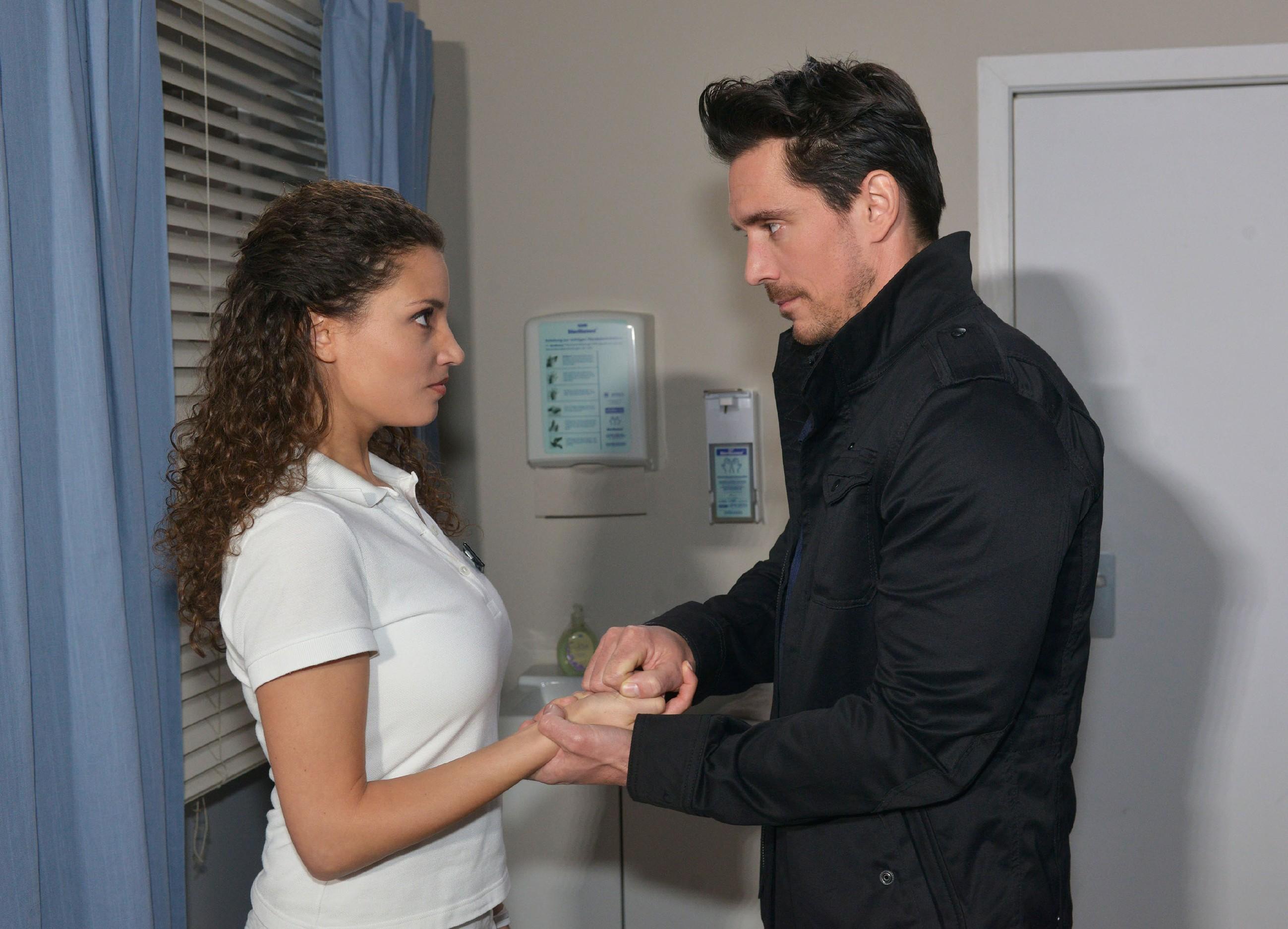 David (Philipp Christopher) lässt sich nicht von Ayla (Nadine Menz) aufhalten. (Quelle: RTL / Rolf Baumgartner)