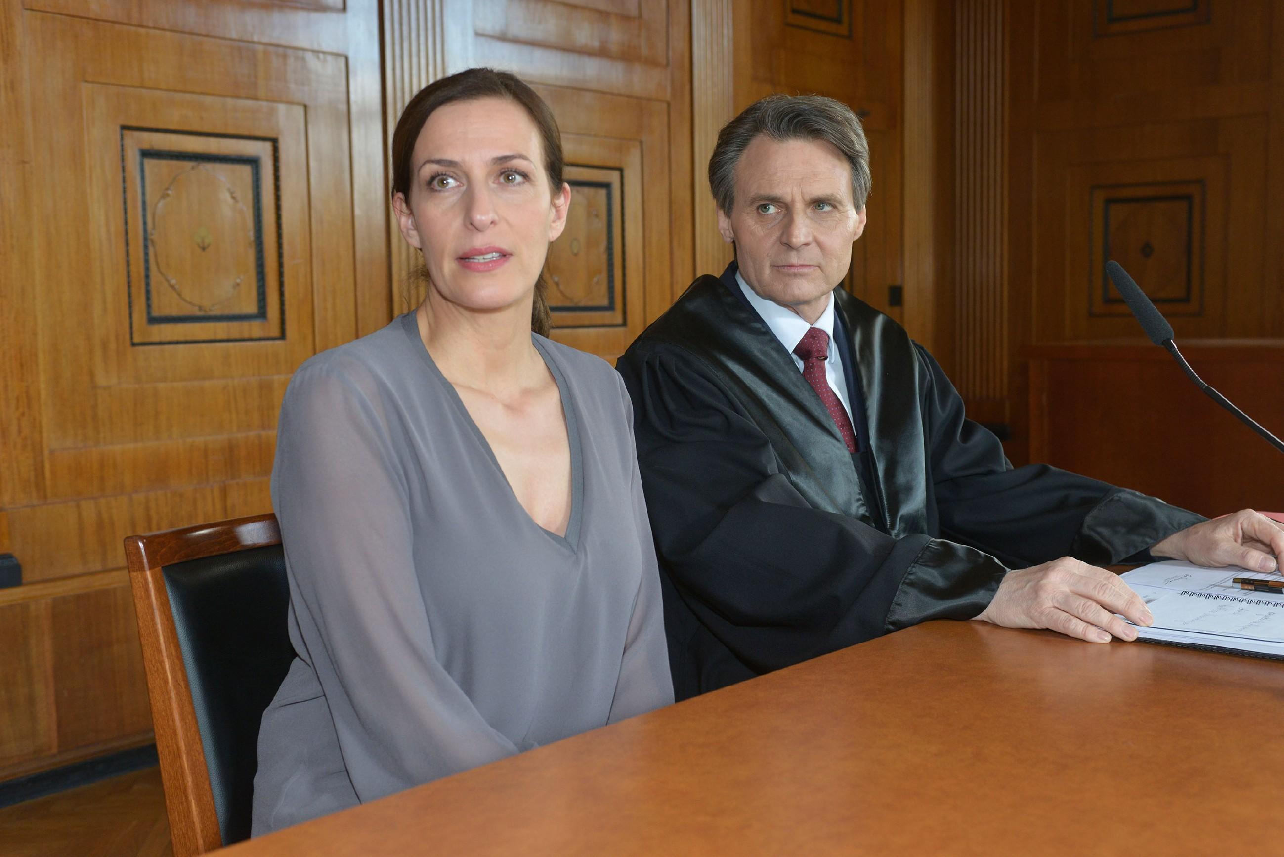 Katrin (Ulrike Frank) und Gerner (Wolfgang Bahro) erwarten in höchster Anspannung das Urteil. (Quelle: RTL / Rolf Baumgartner)